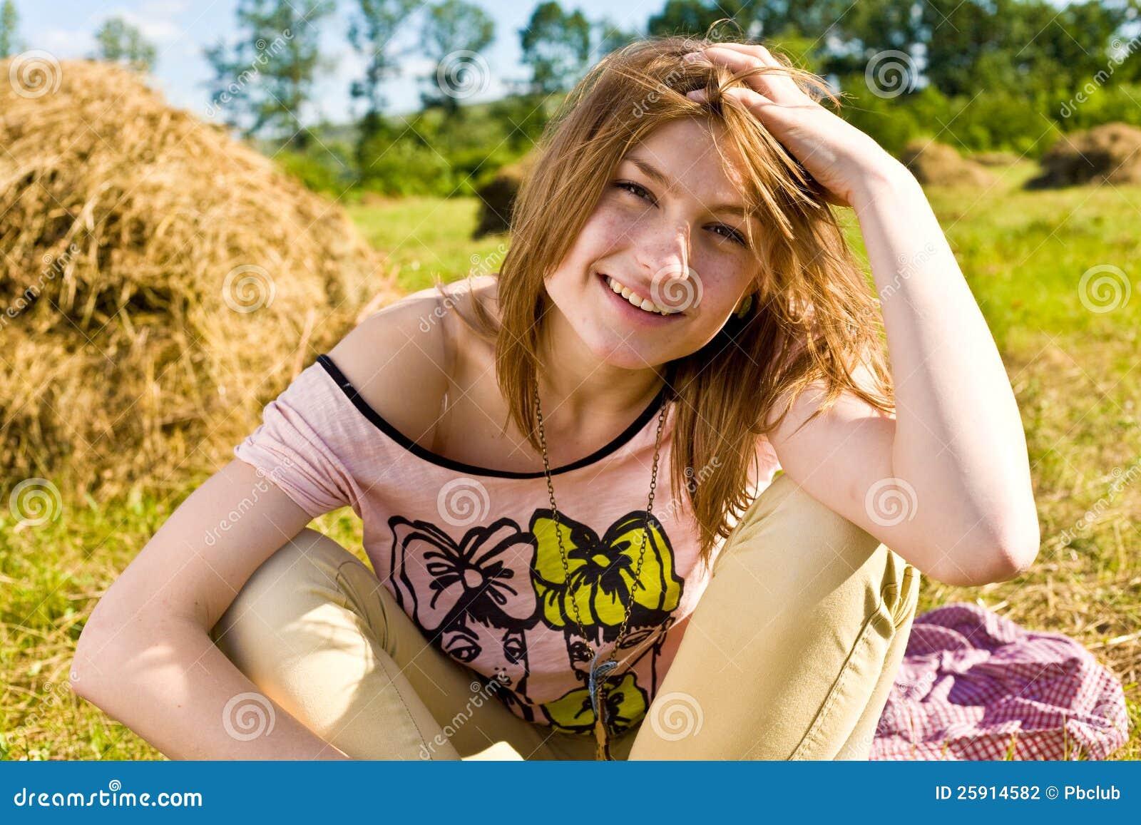 De gelukkige jonge vrouw heeft pret