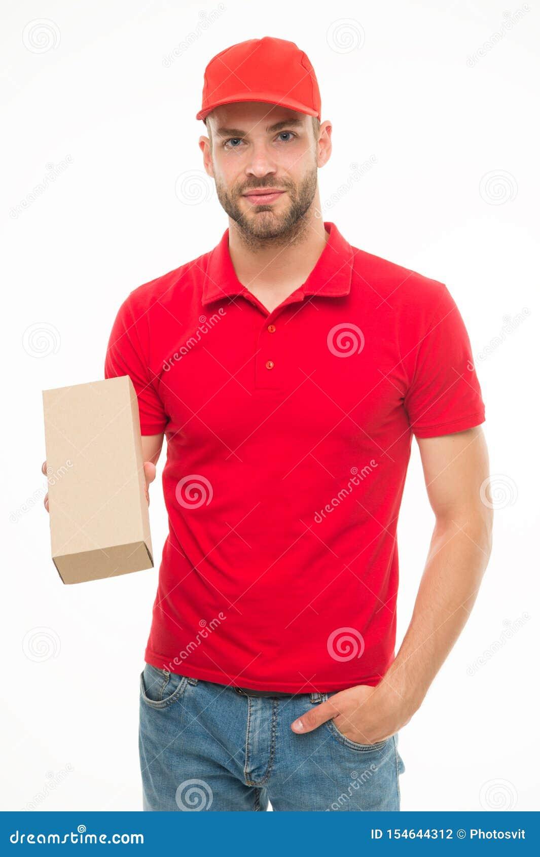 De gelukkige mens met postpakket isoleerde wit Het leveren van uw aankoop Giften voor vakantie De dienstverstrekking van koeriers
