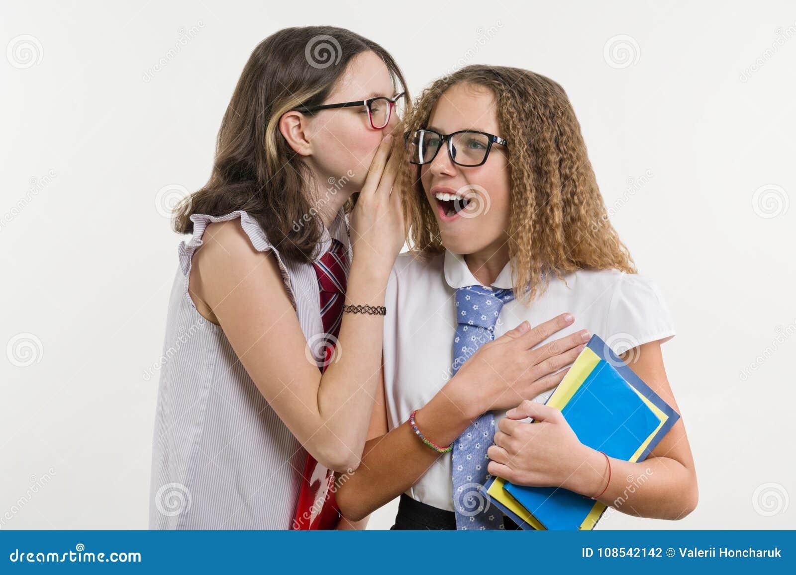 De gelukkige middelbare schoolvrienden zijn tieners, bespreking en geheim