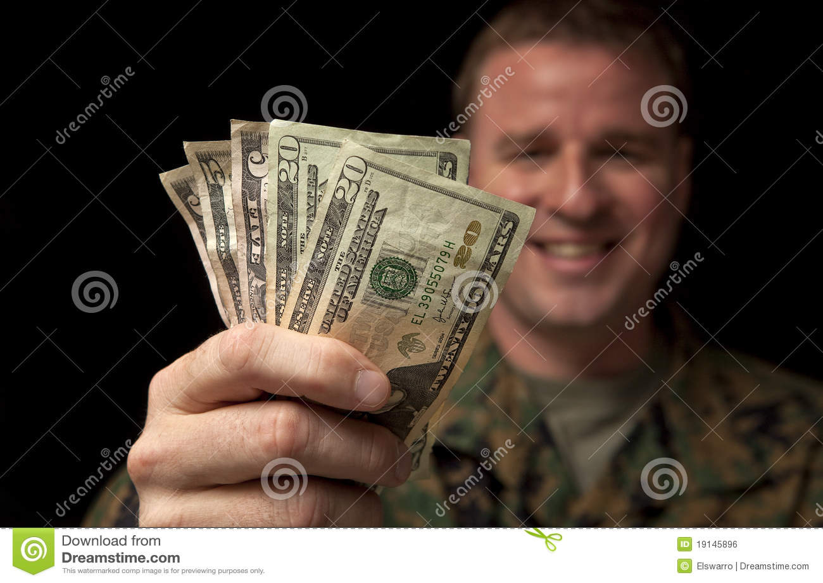 De gelukkige Militaire Mens ontvangt Geld