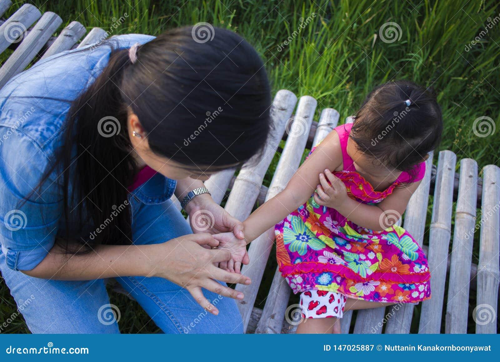 De gelukkige Moeder en haar kind spelen in openlucht het hebben van pret, Groene padieveld achtergrond