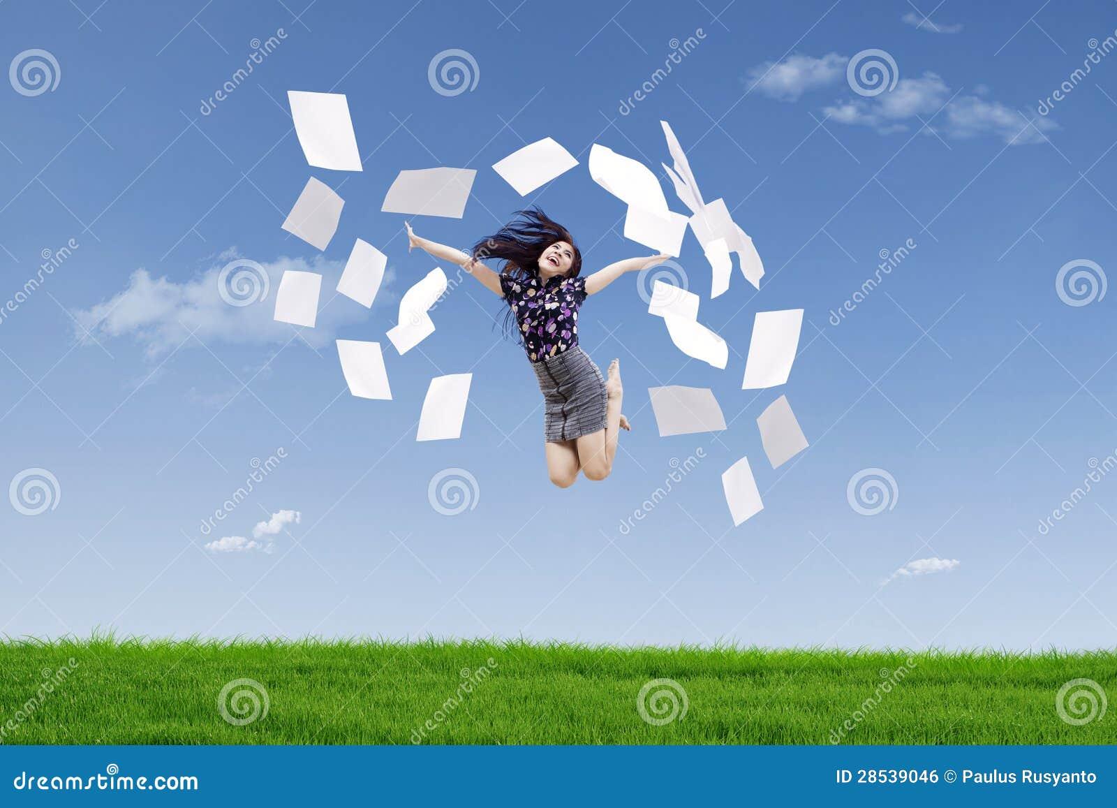 De gelukkige onderneemster werpt documenten