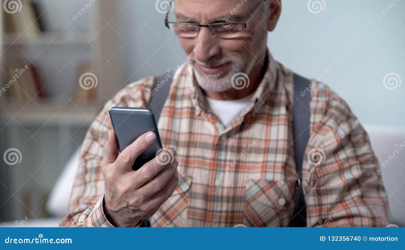 De gelukkige oude telefoon van de mensenholding, het leren moderne technologieën, gemakkelijke app voor bejaarden