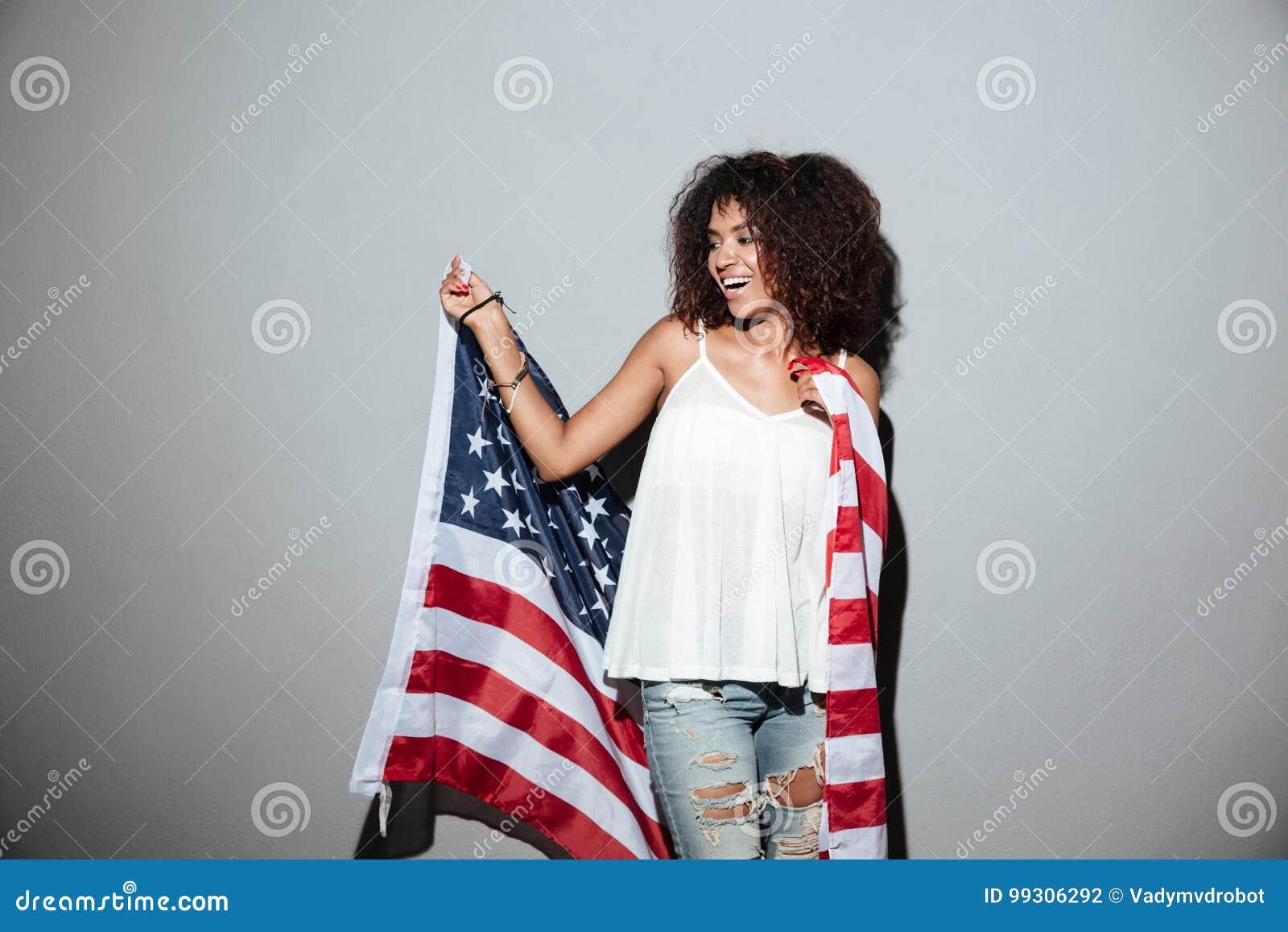 De gelukkige patriottische Afrikaanse vlag van de V.S. van de vrouwenholding