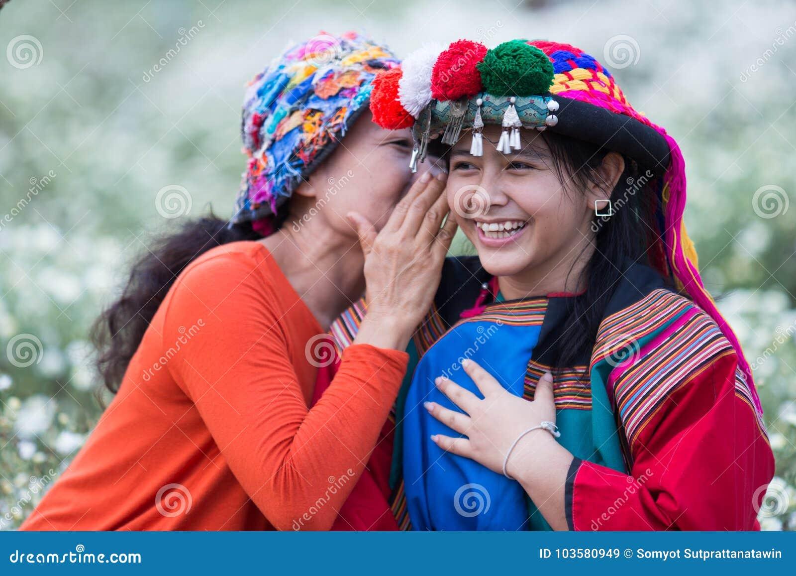 De gelukkige stam die van de glimlachheuvel goed nieuws fluisteren