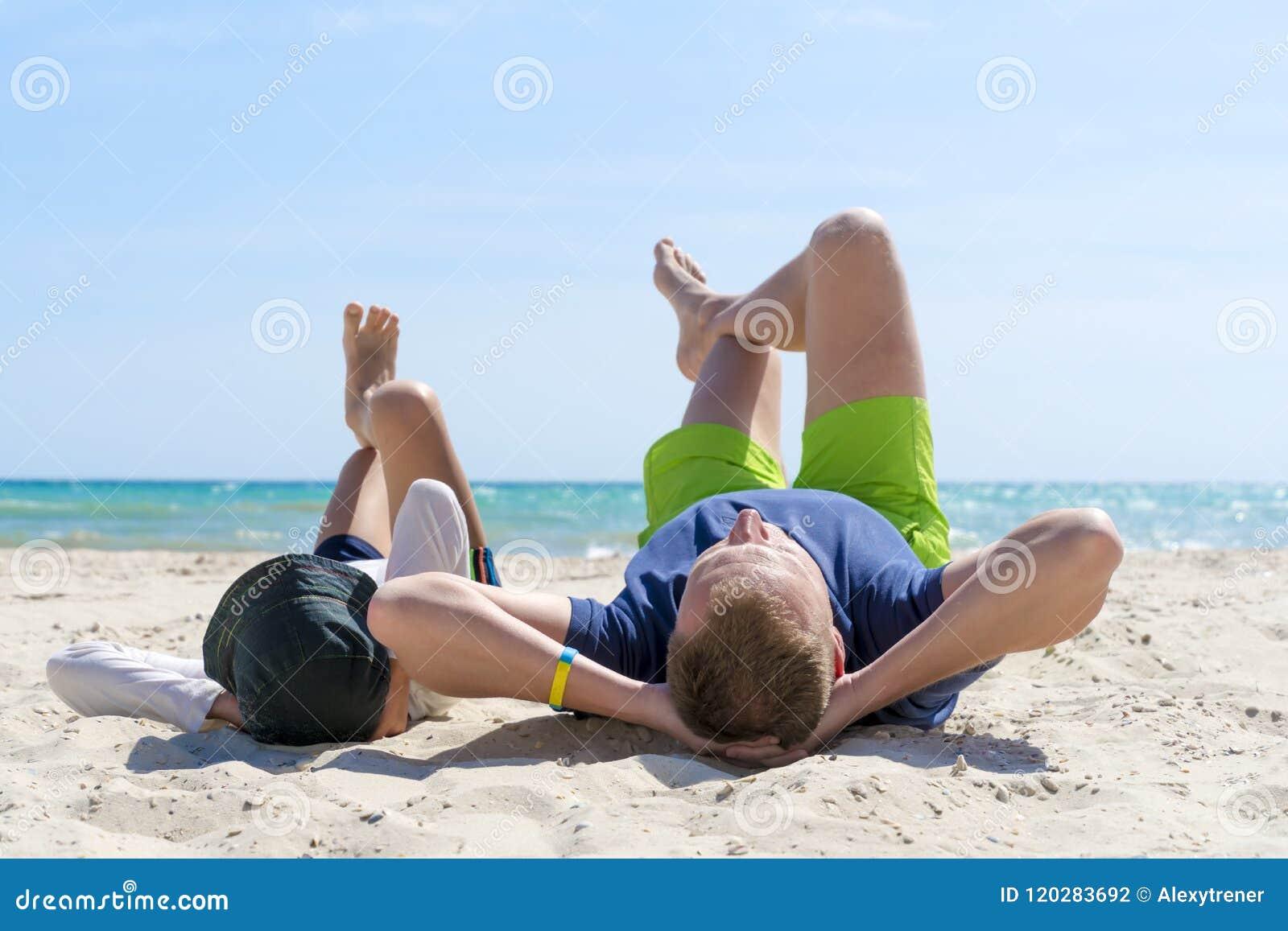 De gelukkige vader en de zoon brengen samen tijd aan het strand door Het Concept van de vaderschapfamilie De gelukkige Dag van Va