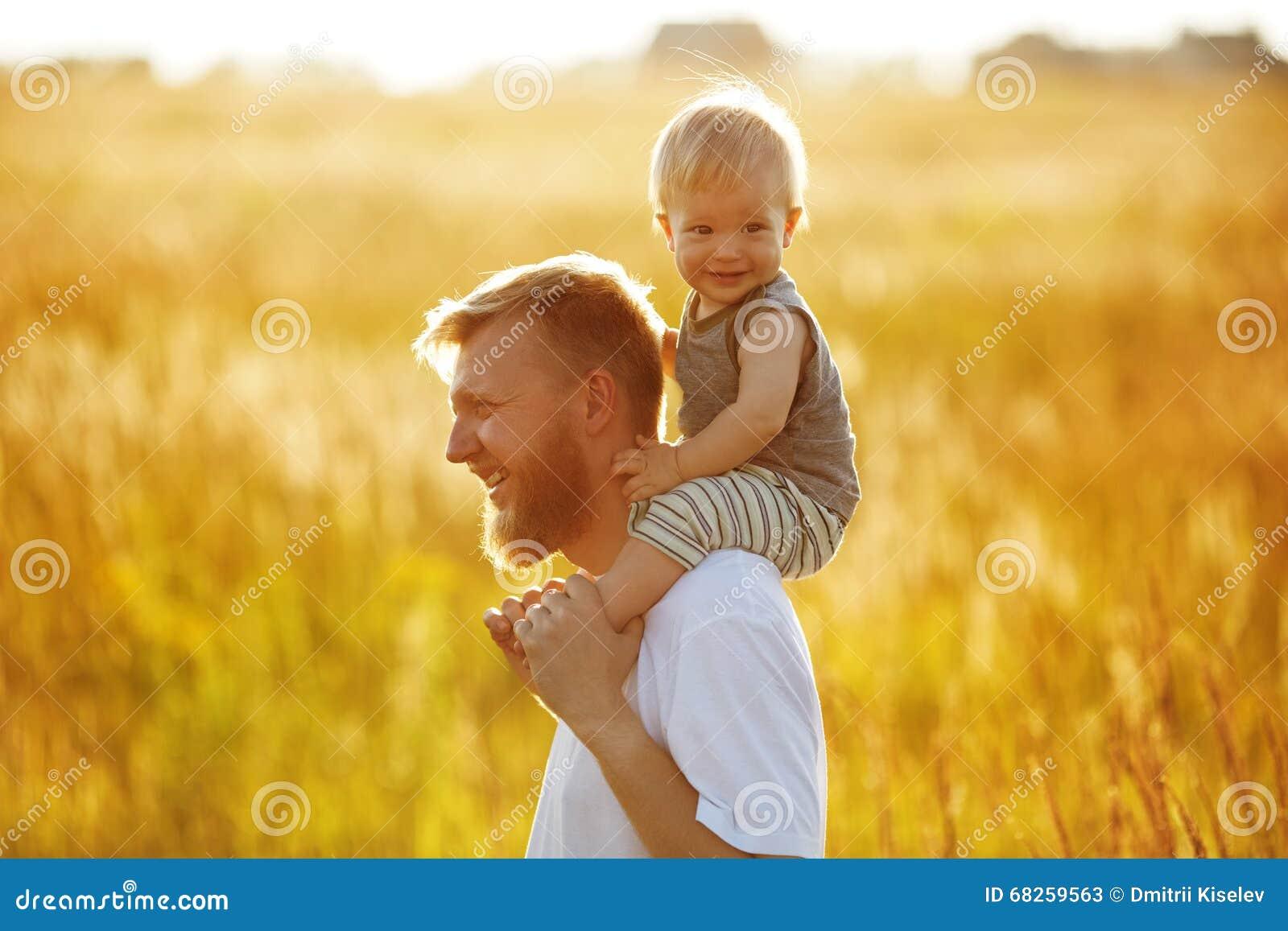 De gelukkige vader vervoert zijn zoon