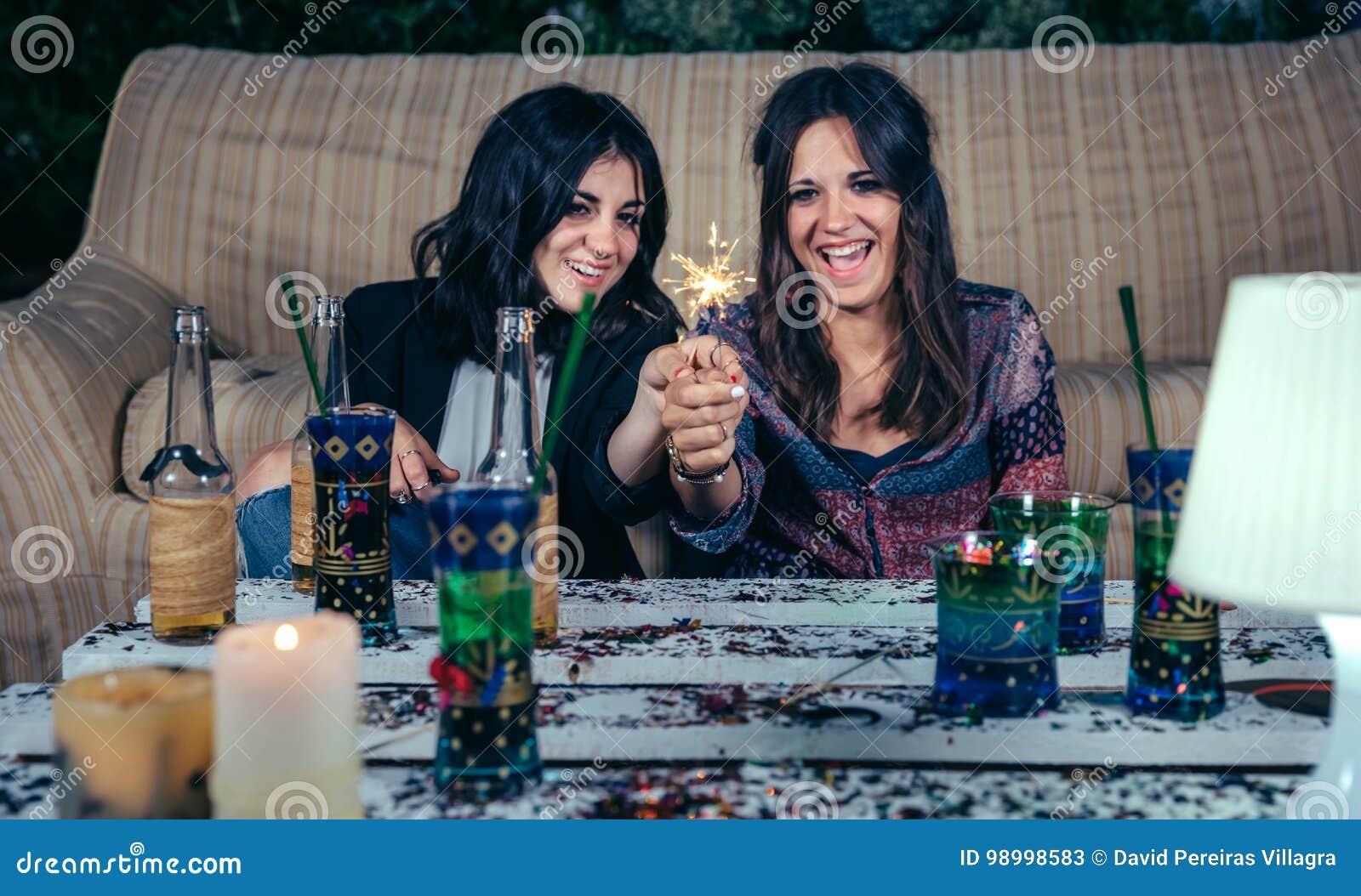 De gelukkige vrouwen koppelen holdingssterretjes in een partij