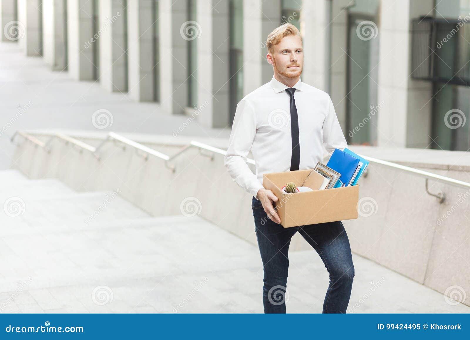 De gelukmanager heeft een nieuwe baan Goed geklede rode haar jonge volwassen arbeider, die naar het nieuwe betere werk gaan Openl