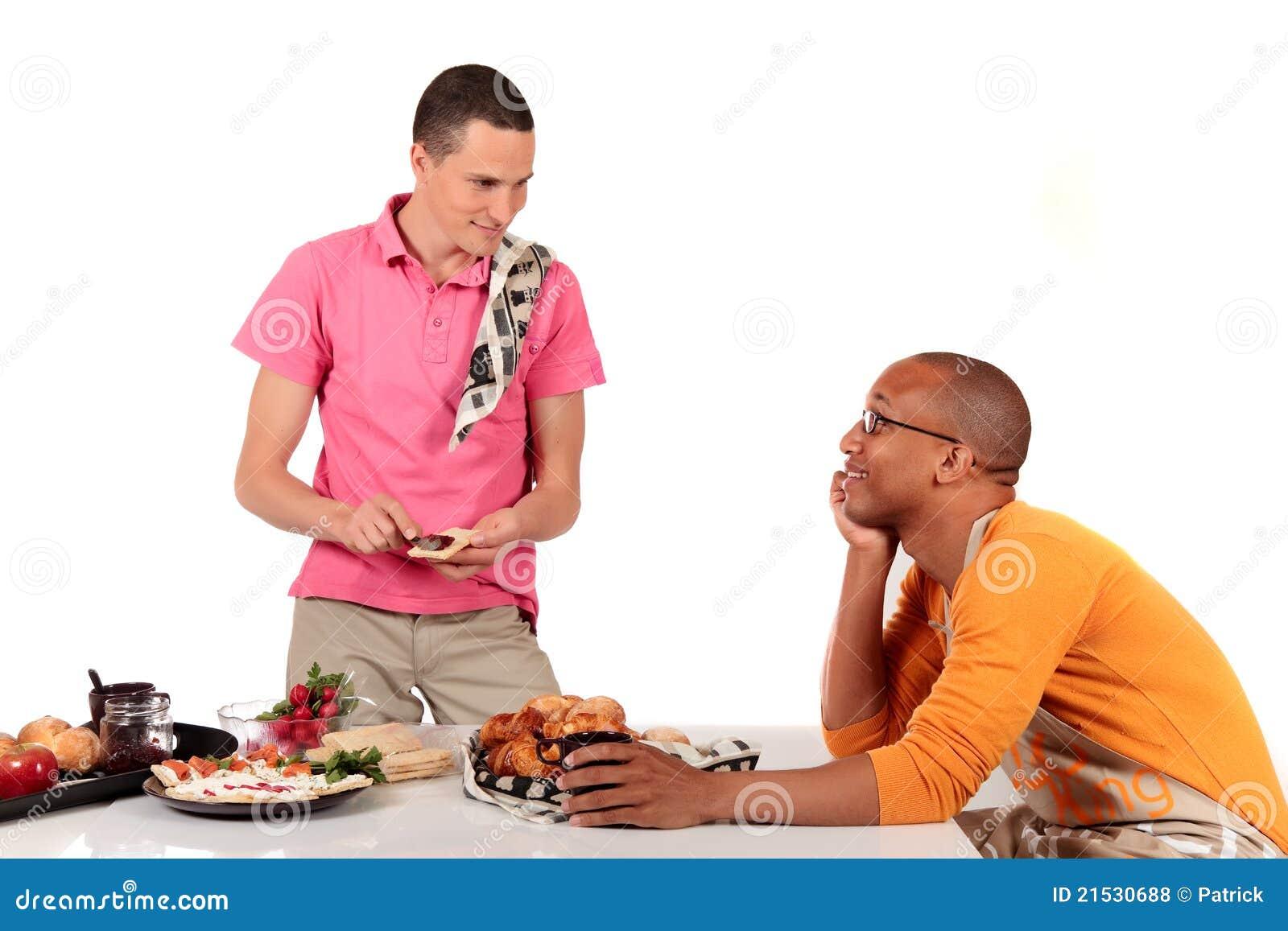 De gemengde keuken van het het behoren tot een bepaald ras vrolijke paar