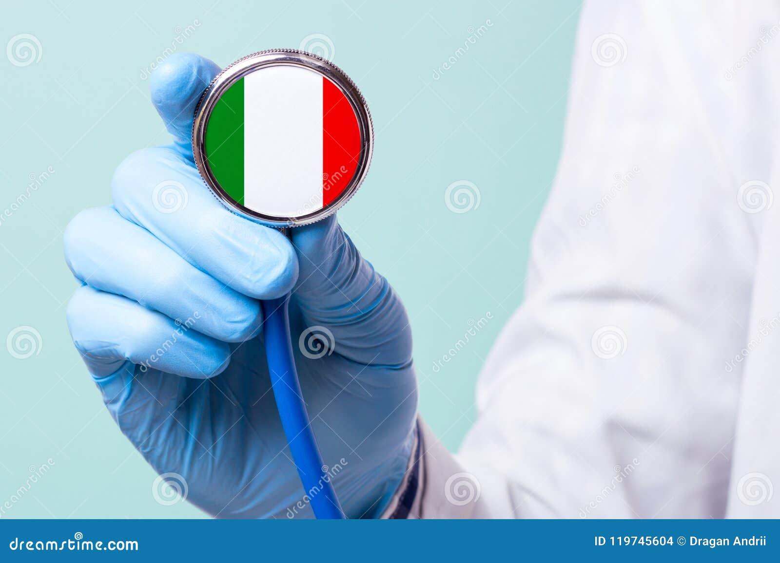De geneeskunde in Italië is vrij en betaald Dure medische verzekering Behandeling van ziekte bij de hoogste niveau Artsenstethosc