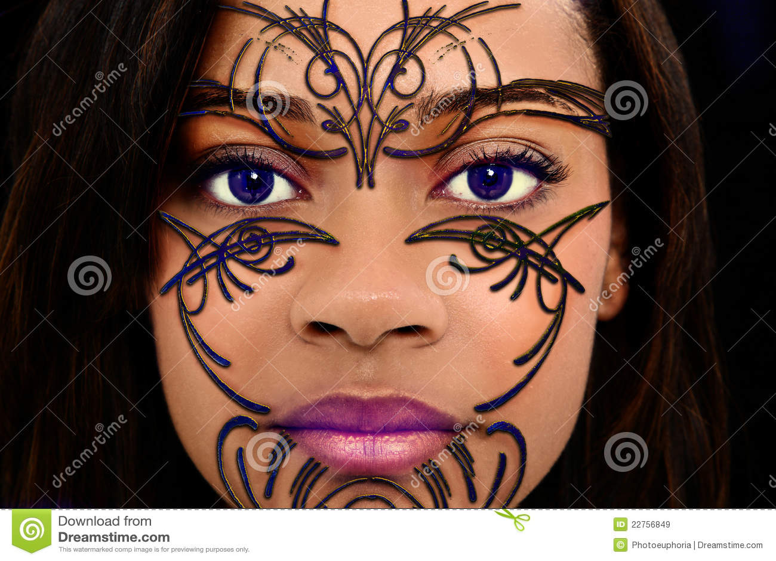 de geparelde kunst de henna op het mooie gezicht