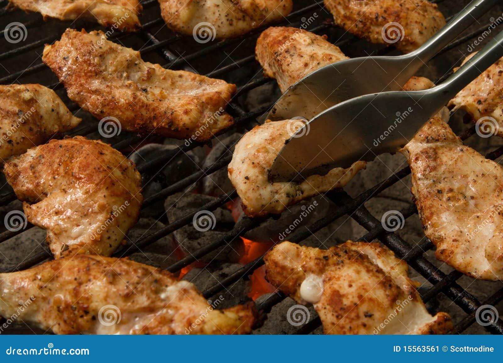 De geroosterde Offertes van de Kip op een Grill van de Houtskool