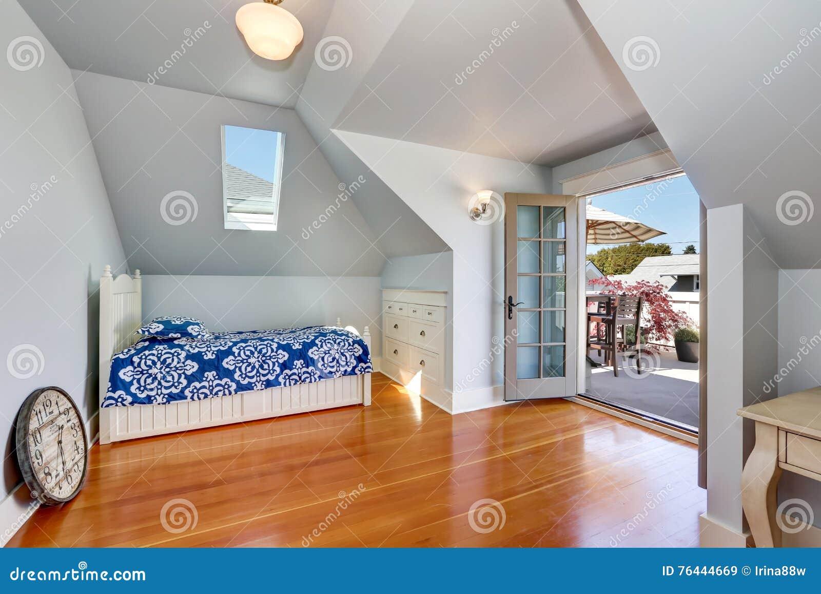 De gewelfde slaapkamer van plafondjonge geitjes in de zolder met uitgang aan het dakterras