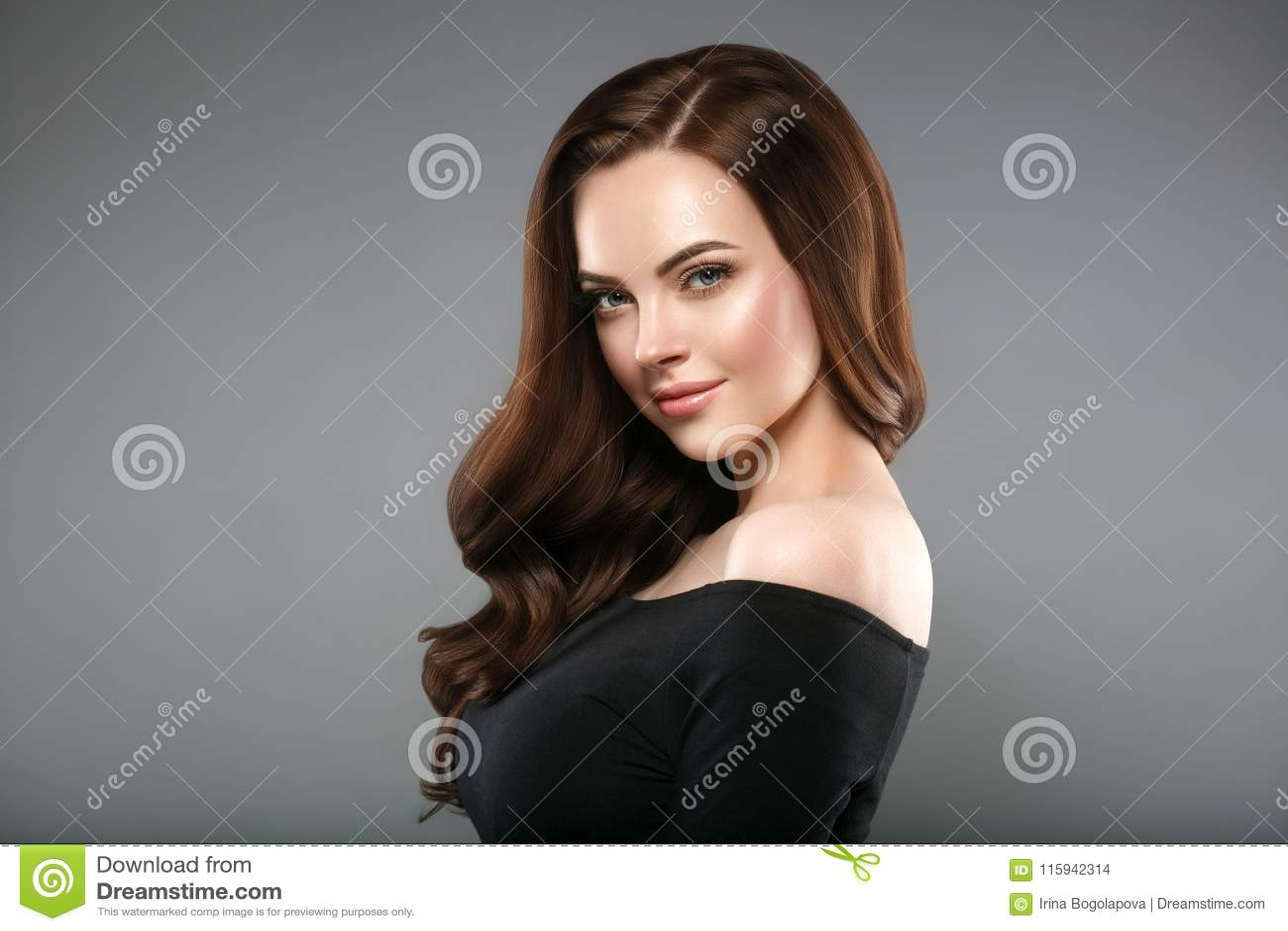 De gezond huid van de vrouwenschoonheid en kapsel, brunette met lang haar