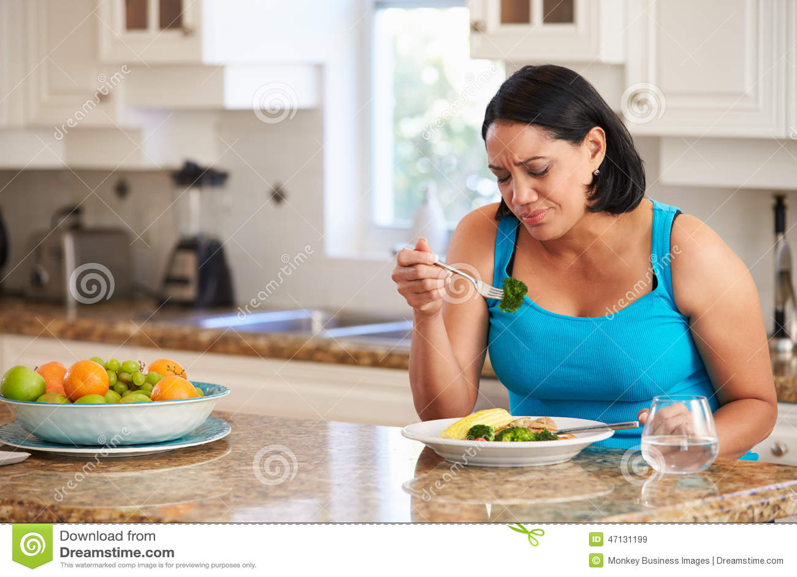 De Gezonde Maaltijd van Fed Up Overweight Woman Eating in Keuken
