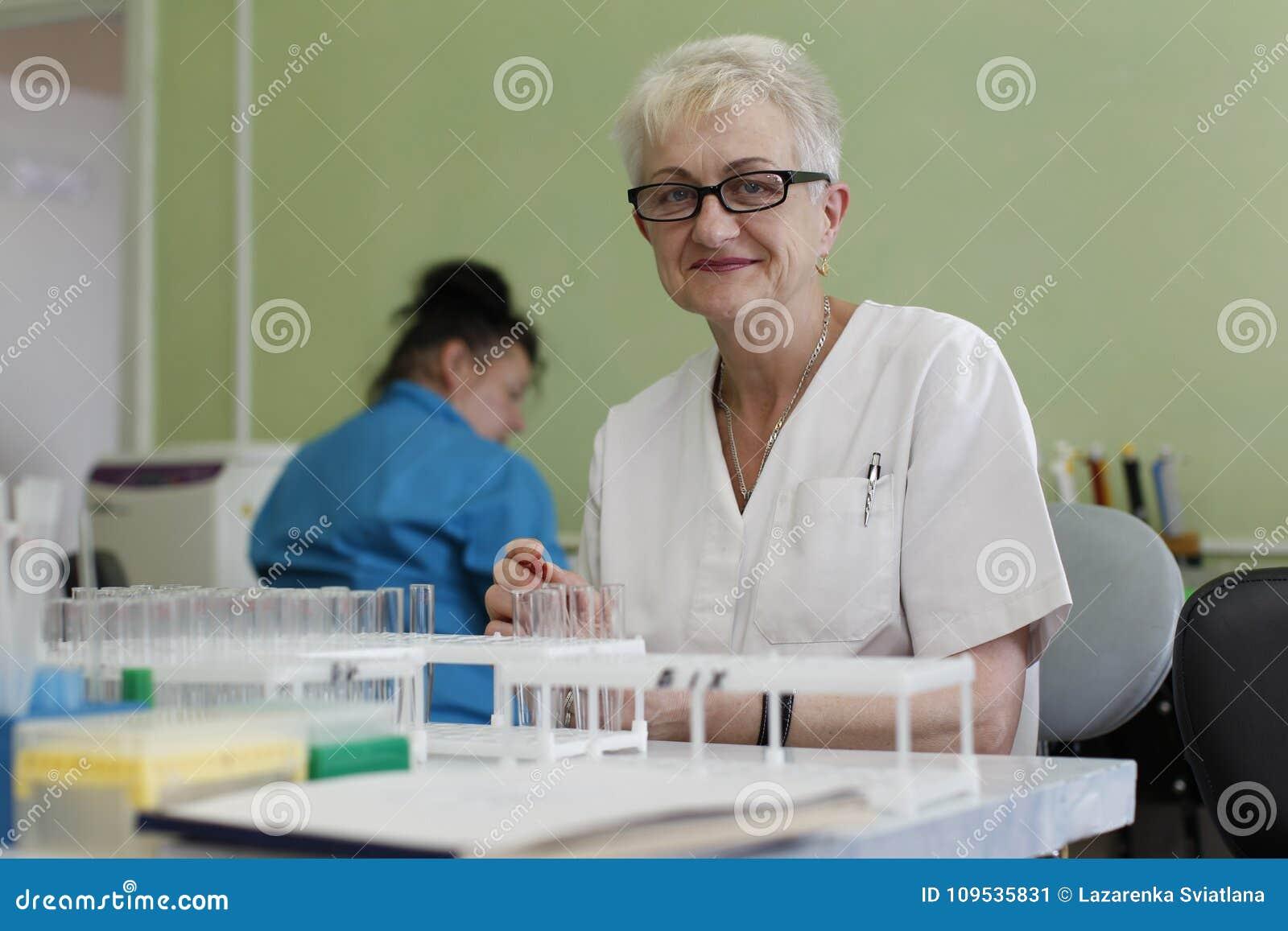 De gezondheidsarbeider controleert de tests