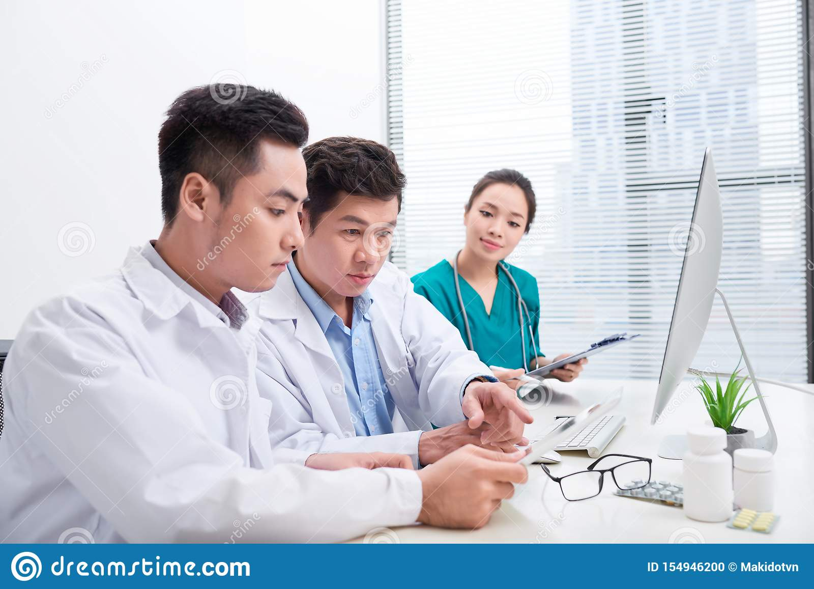 De gezondheidszorgmensen groeperen zich Professionele arts die in het ziekenhuisbureau of kliniek werken met andere artsen, verpl