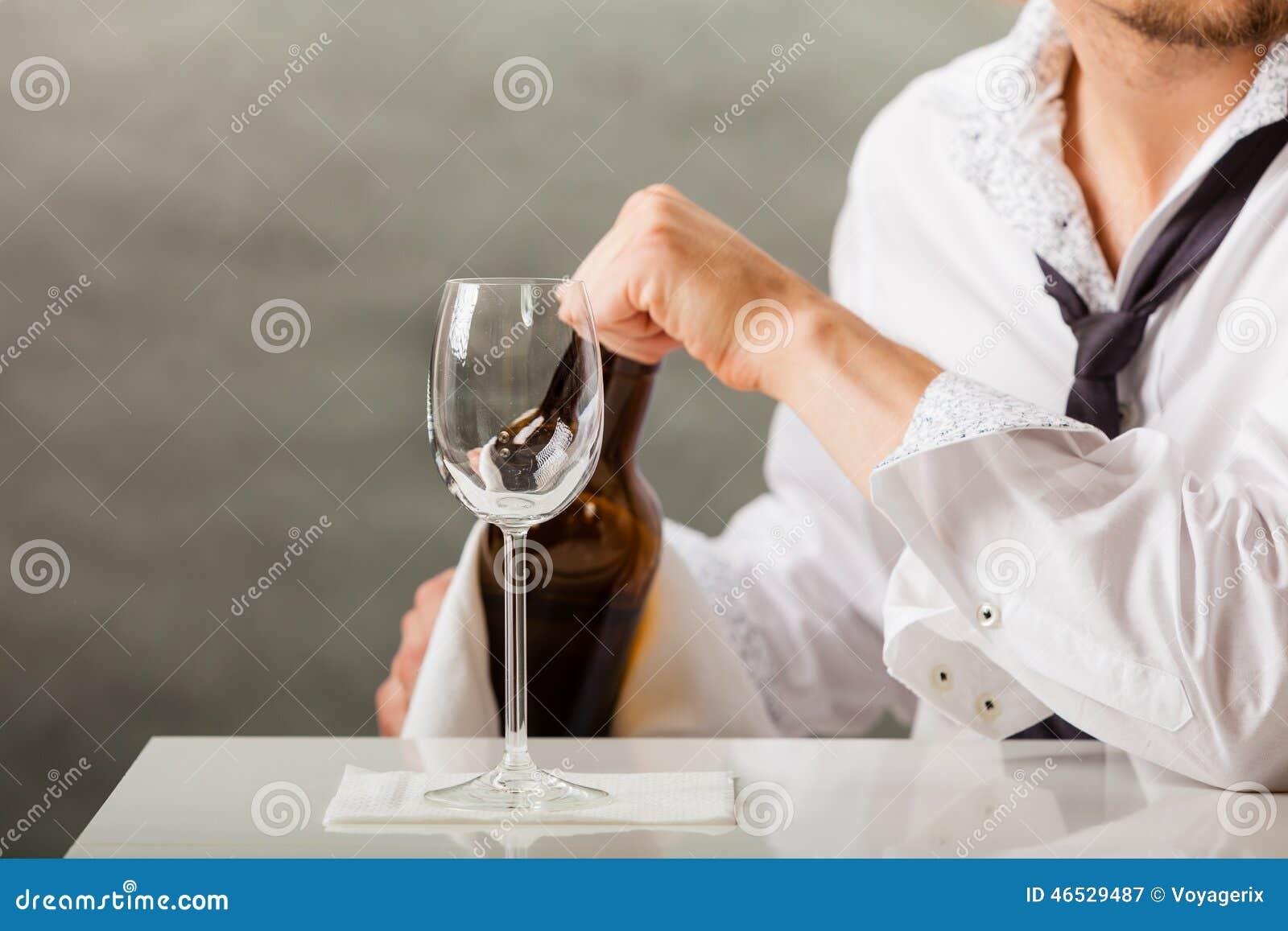 De gietende wijn van de mensenkelner in glas