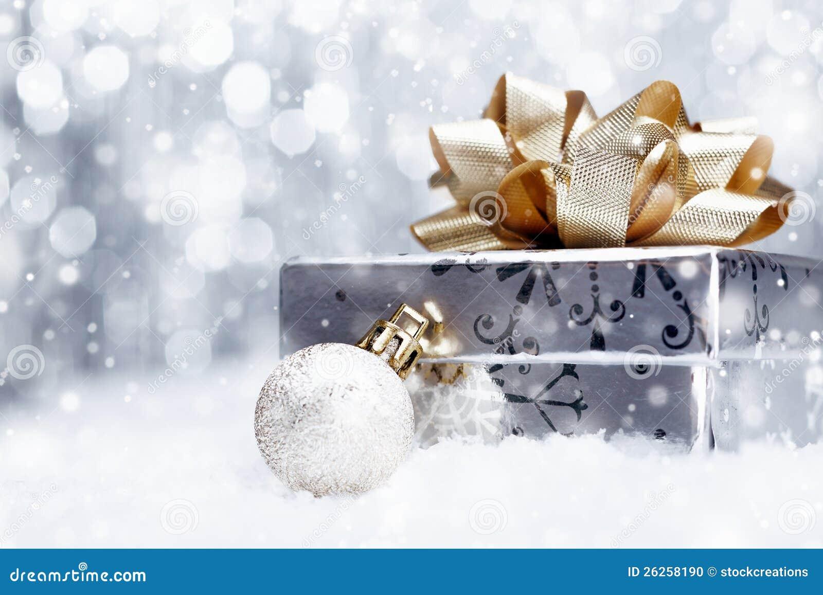 De gift van Kerstmis in dalende sneeuw