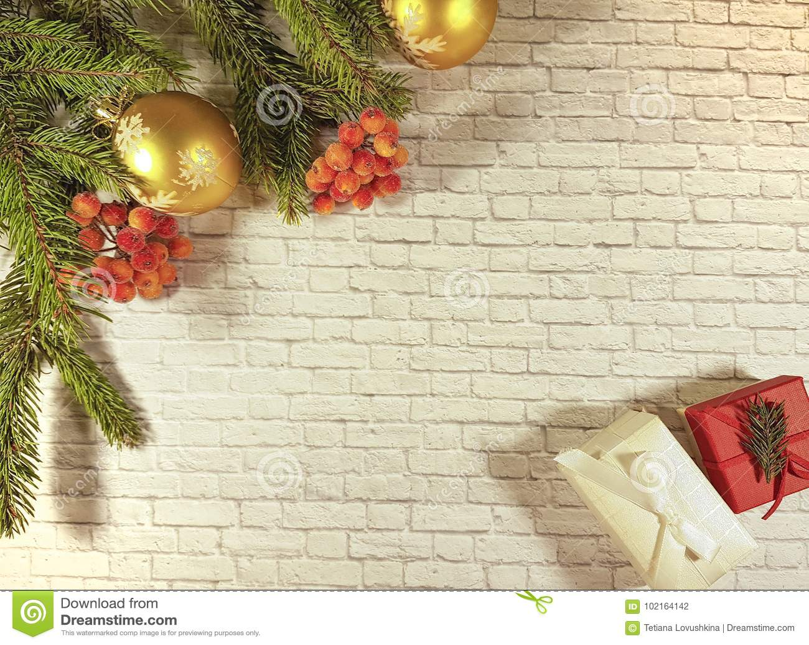 De giftdoos van de kerstmistak grijze muur bes comfortabel huis