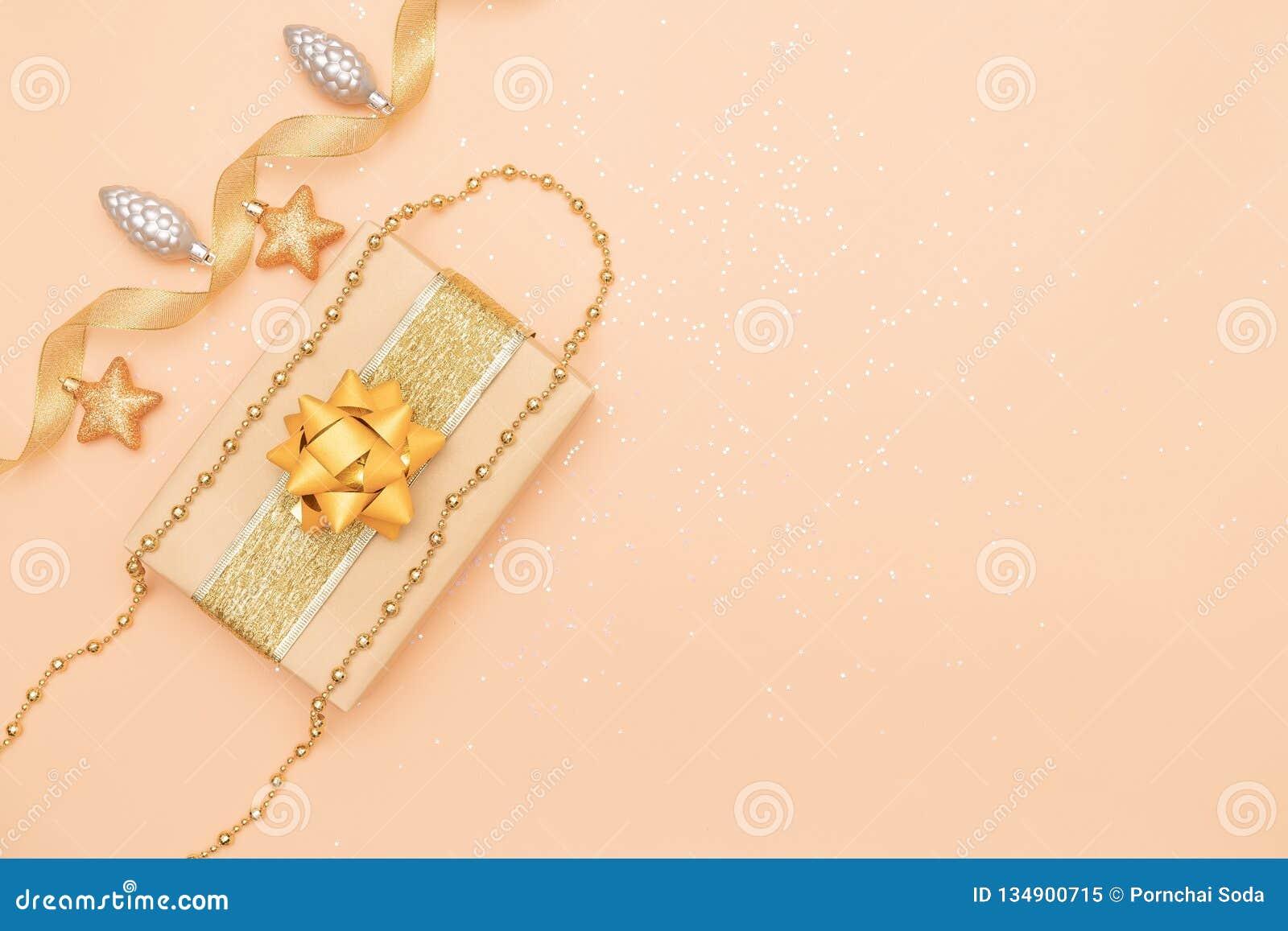 De giftendozen of stelt dozen met gouden bogen, ster en bal op gouden achtergrond voor verjaardag, Kerstmis of huwelijksceremonie