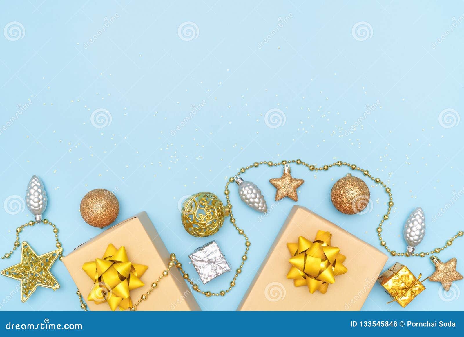 De giftendozen of stelt dozen met gouden bogen, ster en bal op blauwe achtergrond voor verjaardag, Kerstmis of huwelijksceremonie