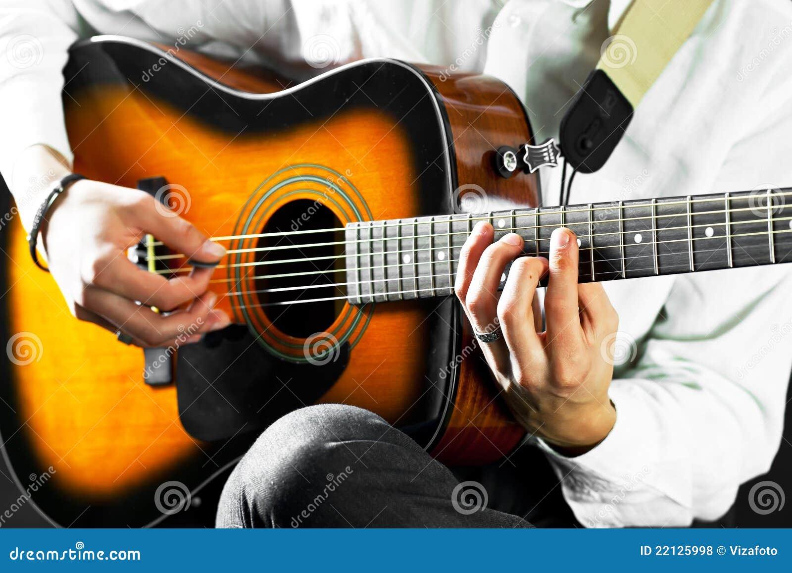 De gitaar in de handen van de gitarist