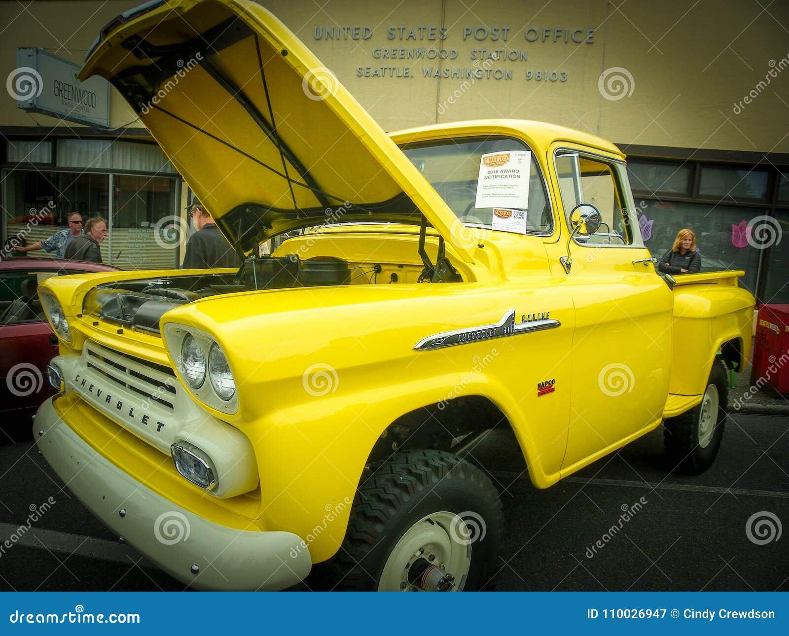 De glanzende Gele oude pick-up van Chevy