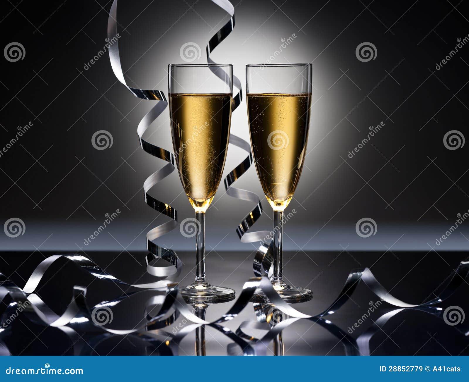 De glazen van Champagne in de partij van Nieuwjaren zien eruit