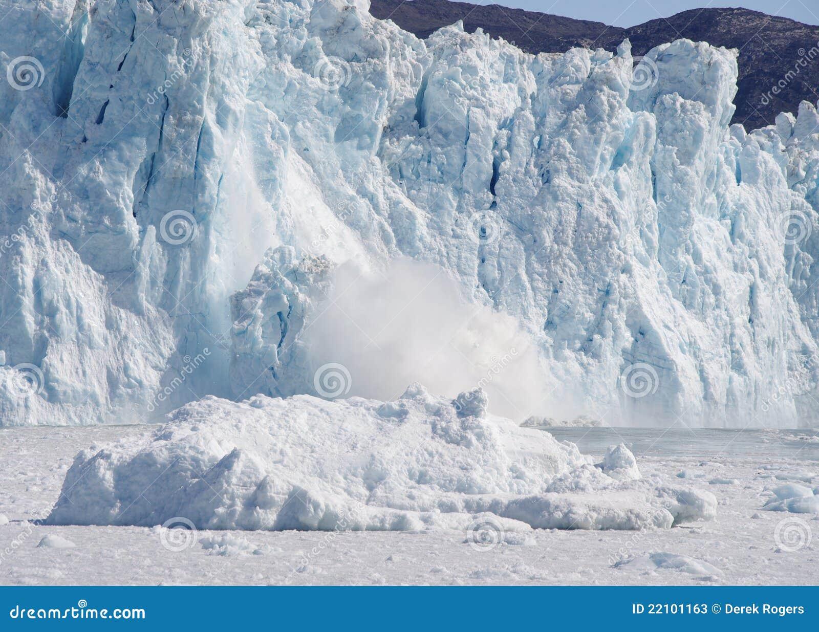 De Gletsjer die van Eqi, Groenland kalft