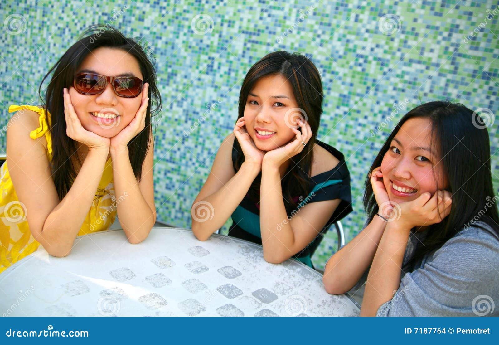 De glimlachende Aziatische Kin van de Holding van Meisjes