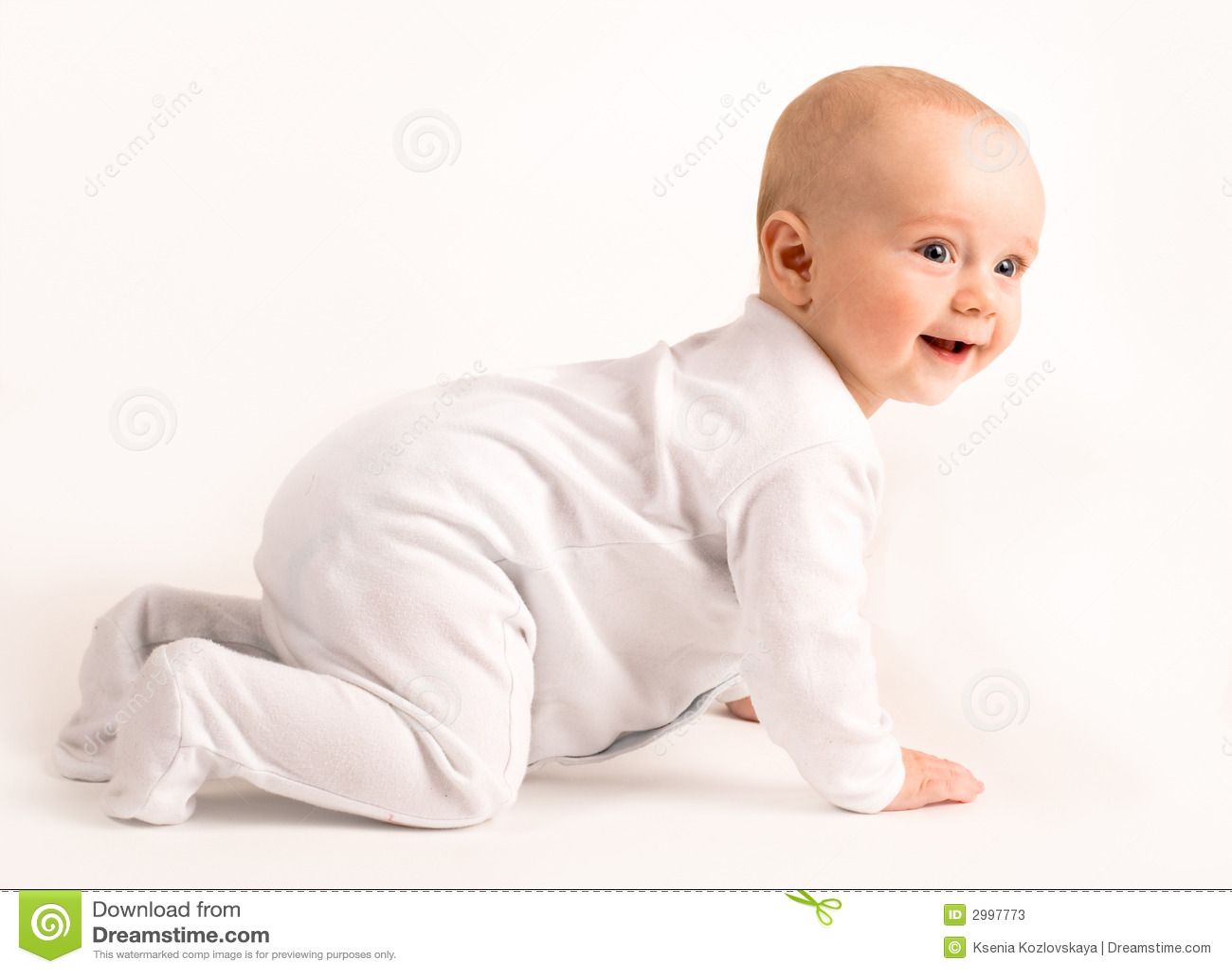De glimlachende baby kruipt