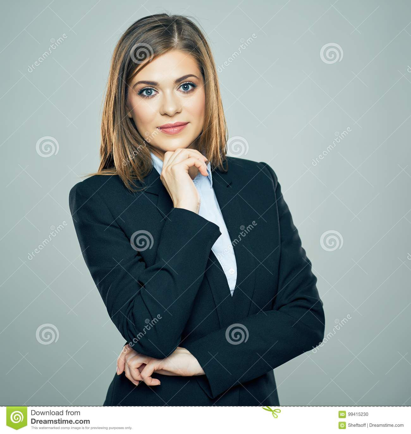 De glimlachende Bedrijfsvrouw kruiste wapens geïsoleerd portret