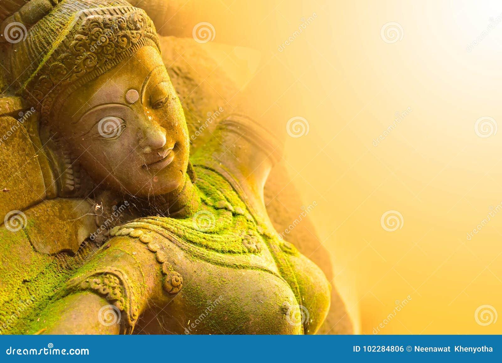 De Godin van het gipspleistergezicht Heilig met groen mos