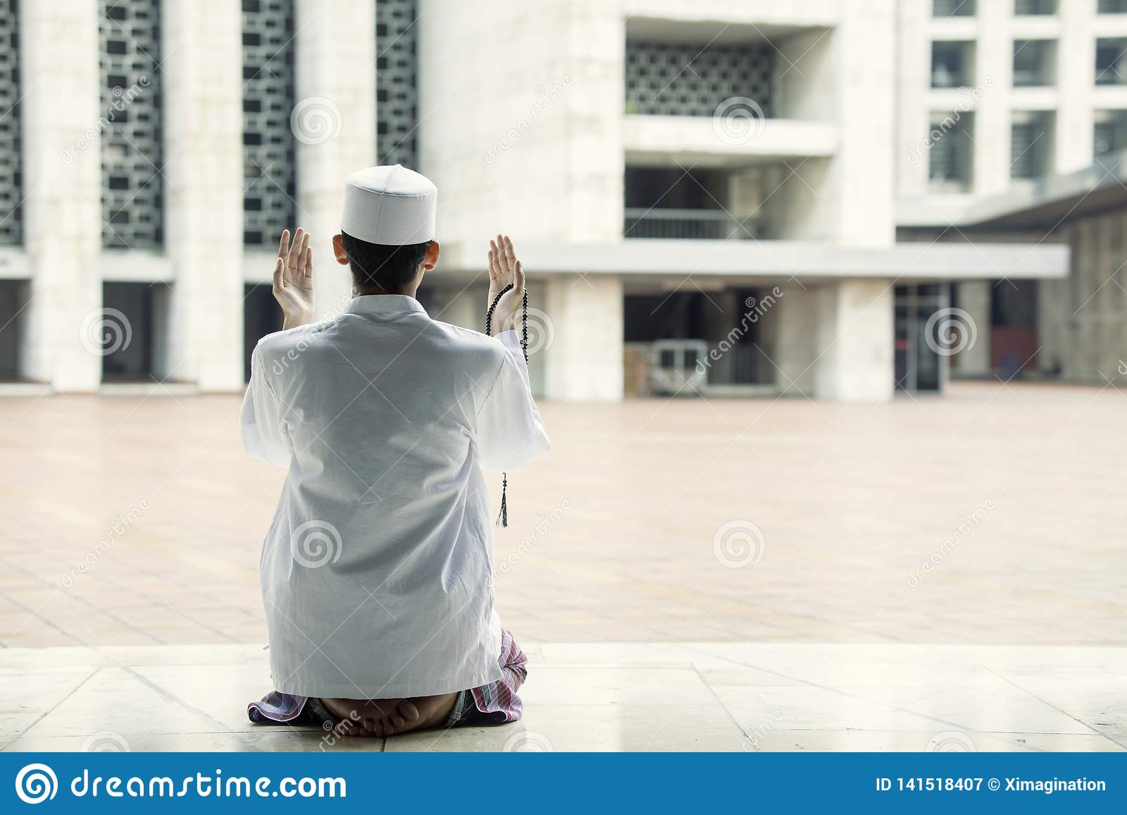 De godsvruchtige mens bidt aan Allah in de moskee