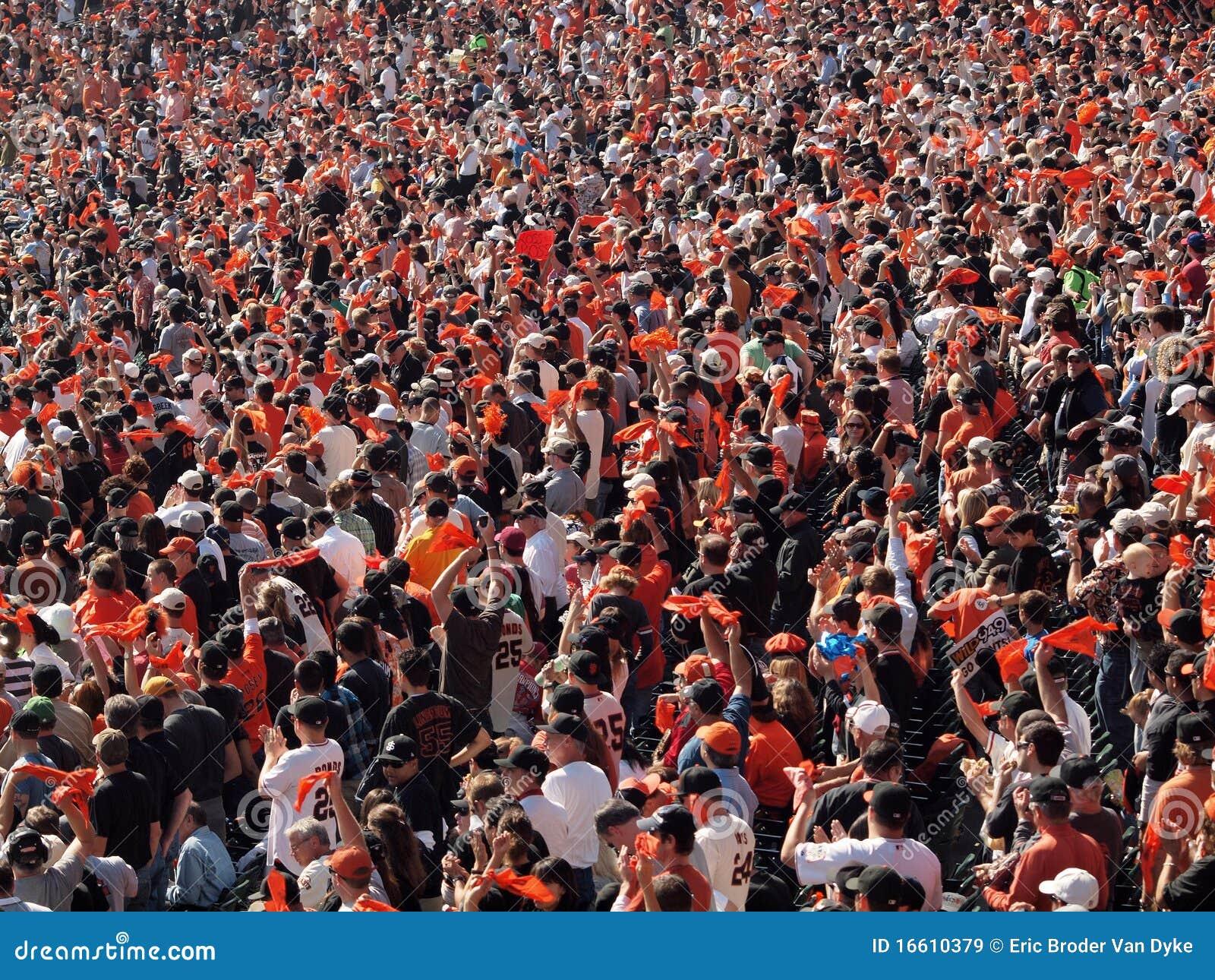 De golf oranje vodden en cheer van ventilators om team te verzamelen