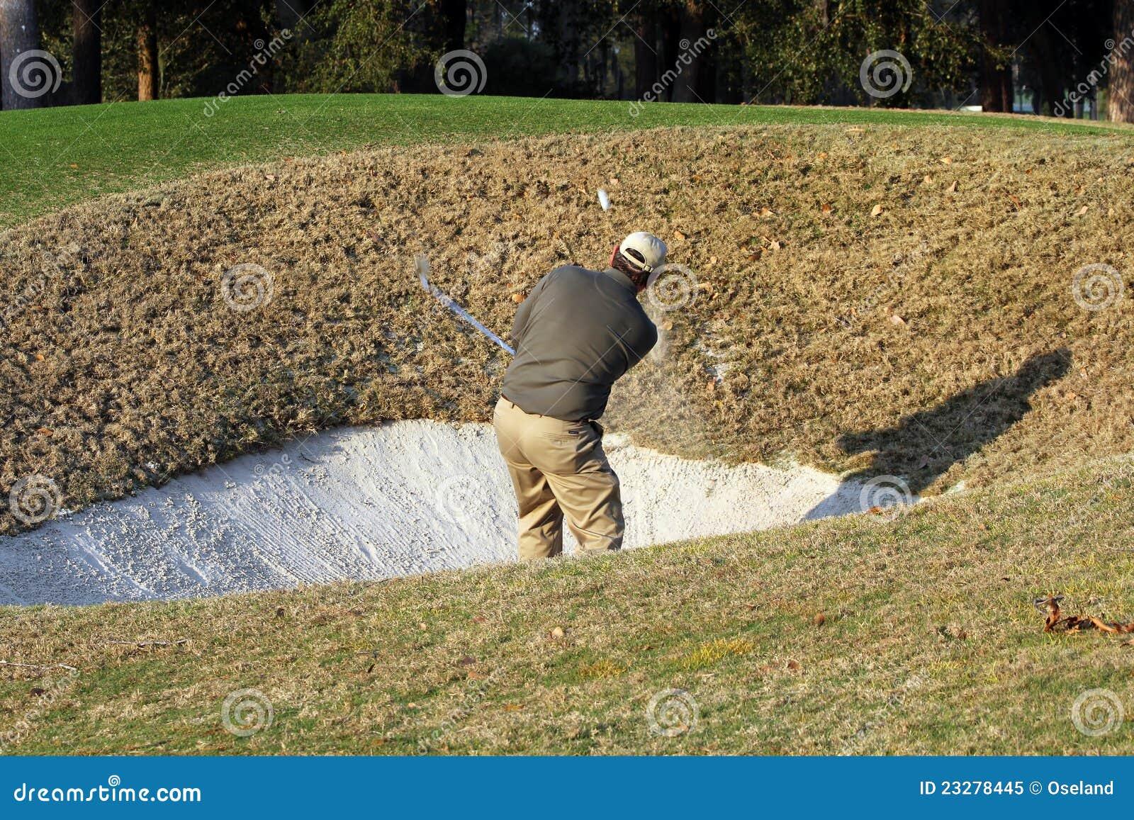 De golfspeler neemt diep bunkerschot.