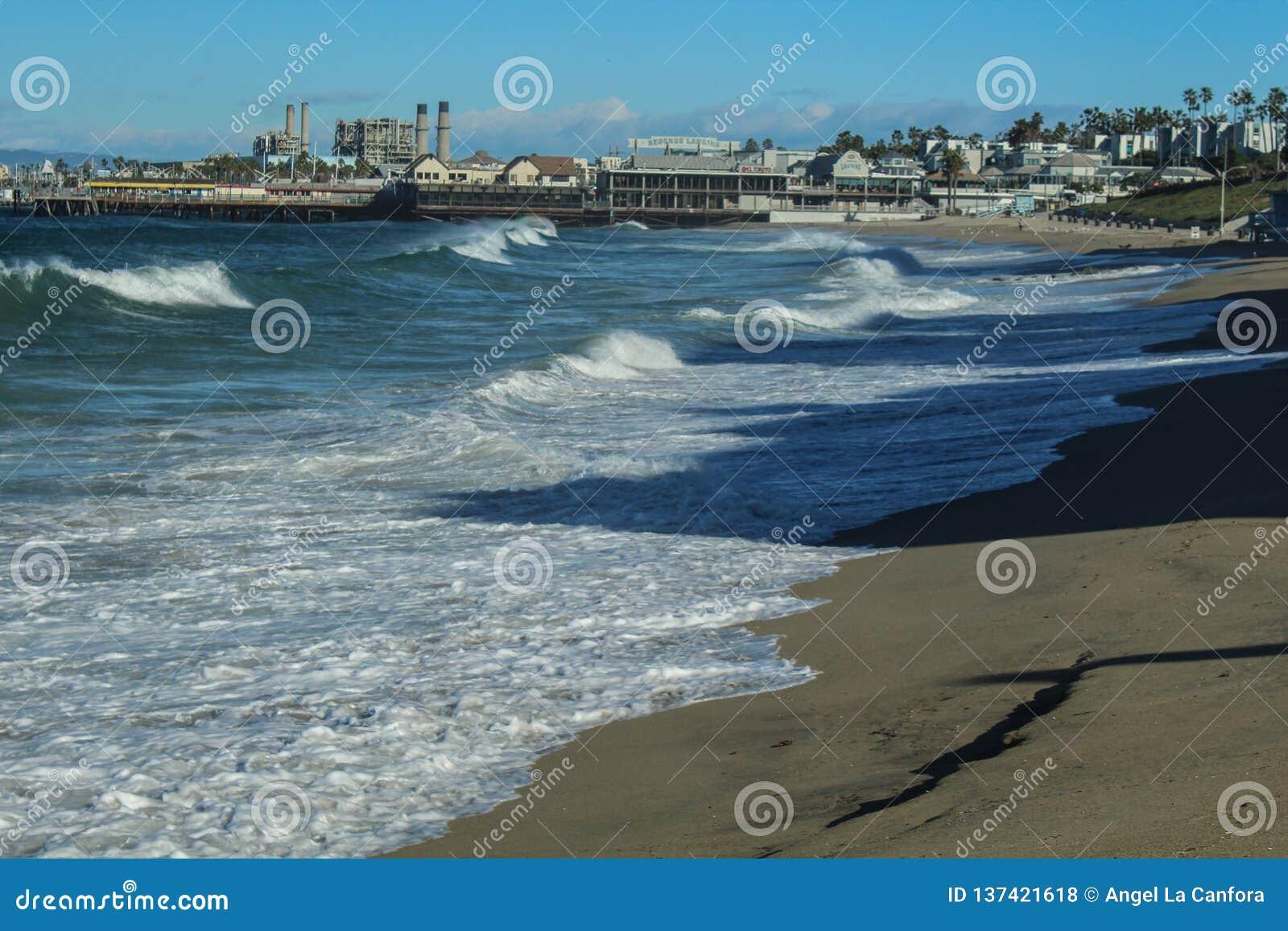 De Golven van koningstides creating big in Redondo-Strand, de Provincie van Los Angeles, Californië