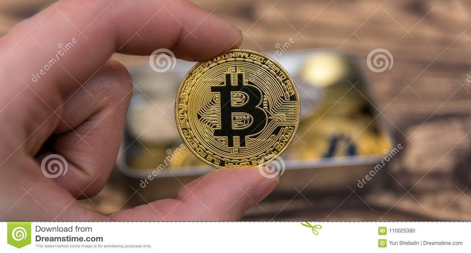 De gouden Bitcoin-holding bemant binnen vingersclose-up