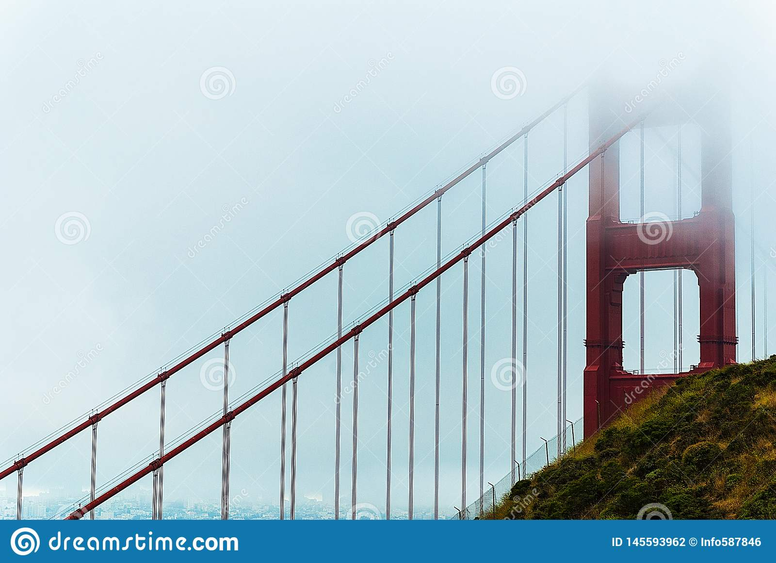 De gouden Brug van de Poort in mist