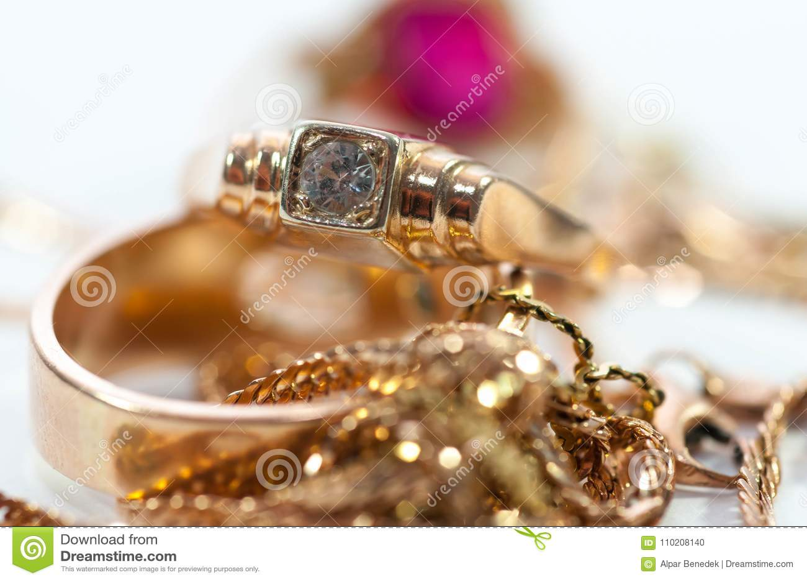De gouden juwelen met gemmen, kettingen sluiten omhoog