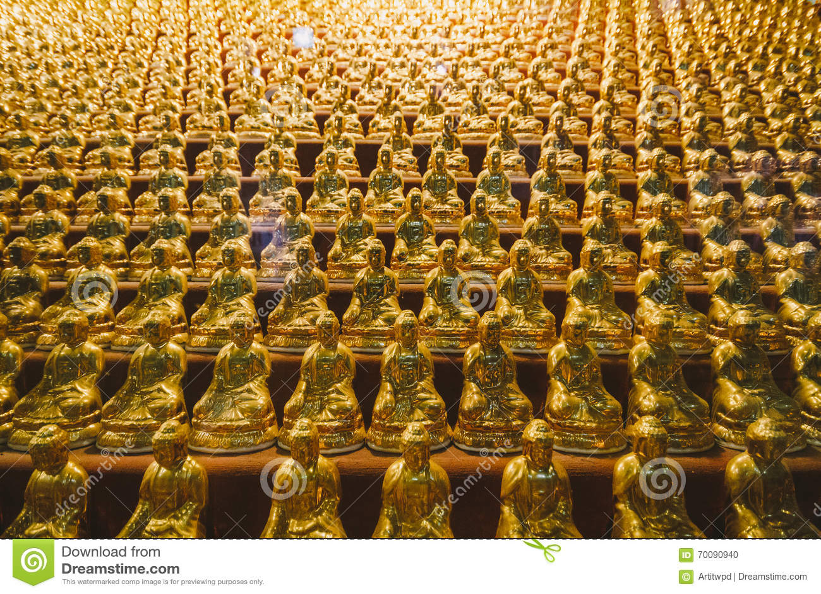 De gouden Kleine Standbeelden van Boedha binnen Yakcheonsa-Tempel Jeju, Zuid-Korea