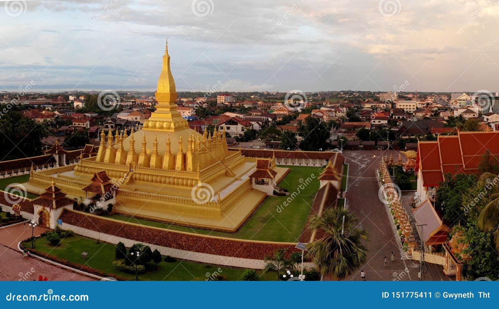 De gouden tempel is helder in de zonsondergang