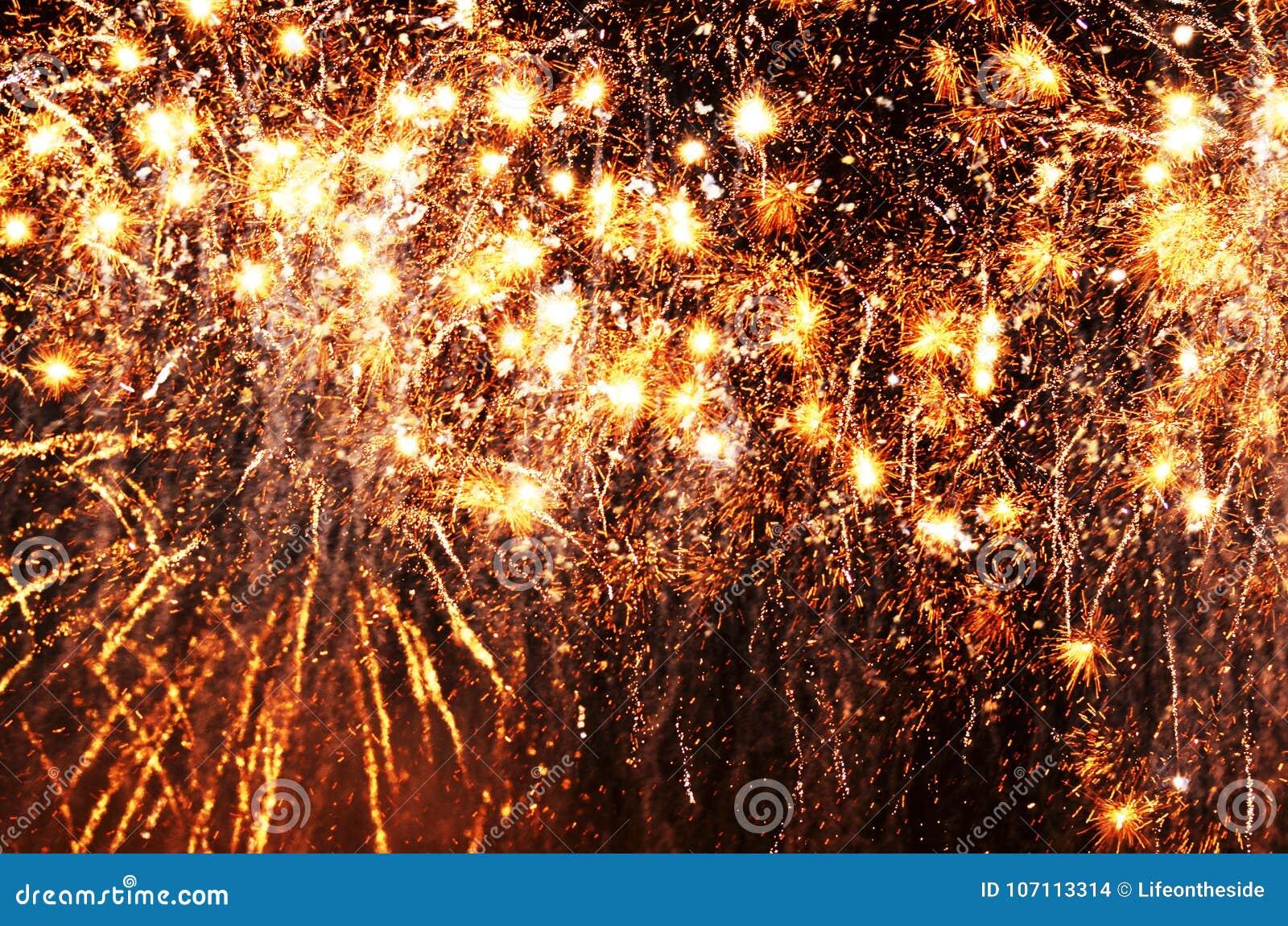 De gouden vallende sterren steekt omhoog de zwarte donkere achtergrond van de nachthemel aan