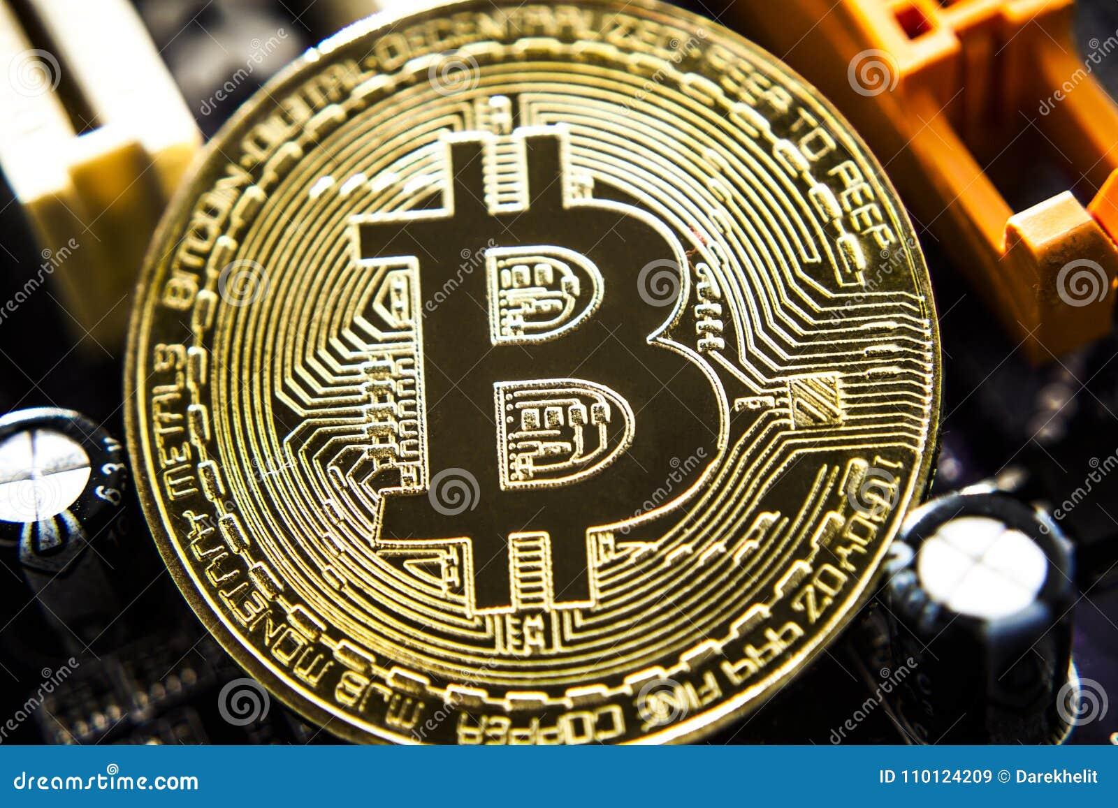 De gouden virtuele munt van Bitcoin op een achtergrond van de kringsraad