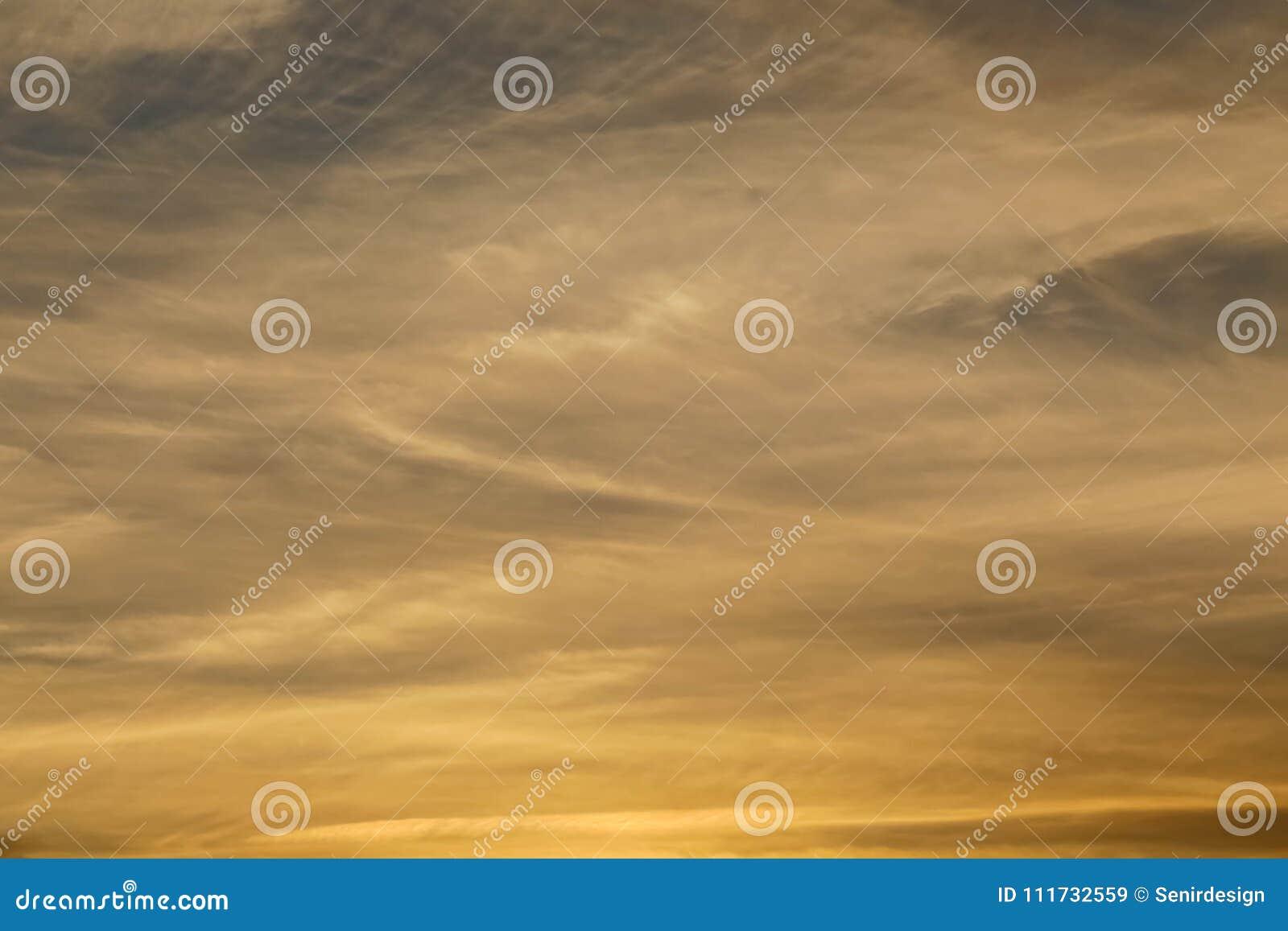De gouden zonsonderganghemel betrekt achtergrond