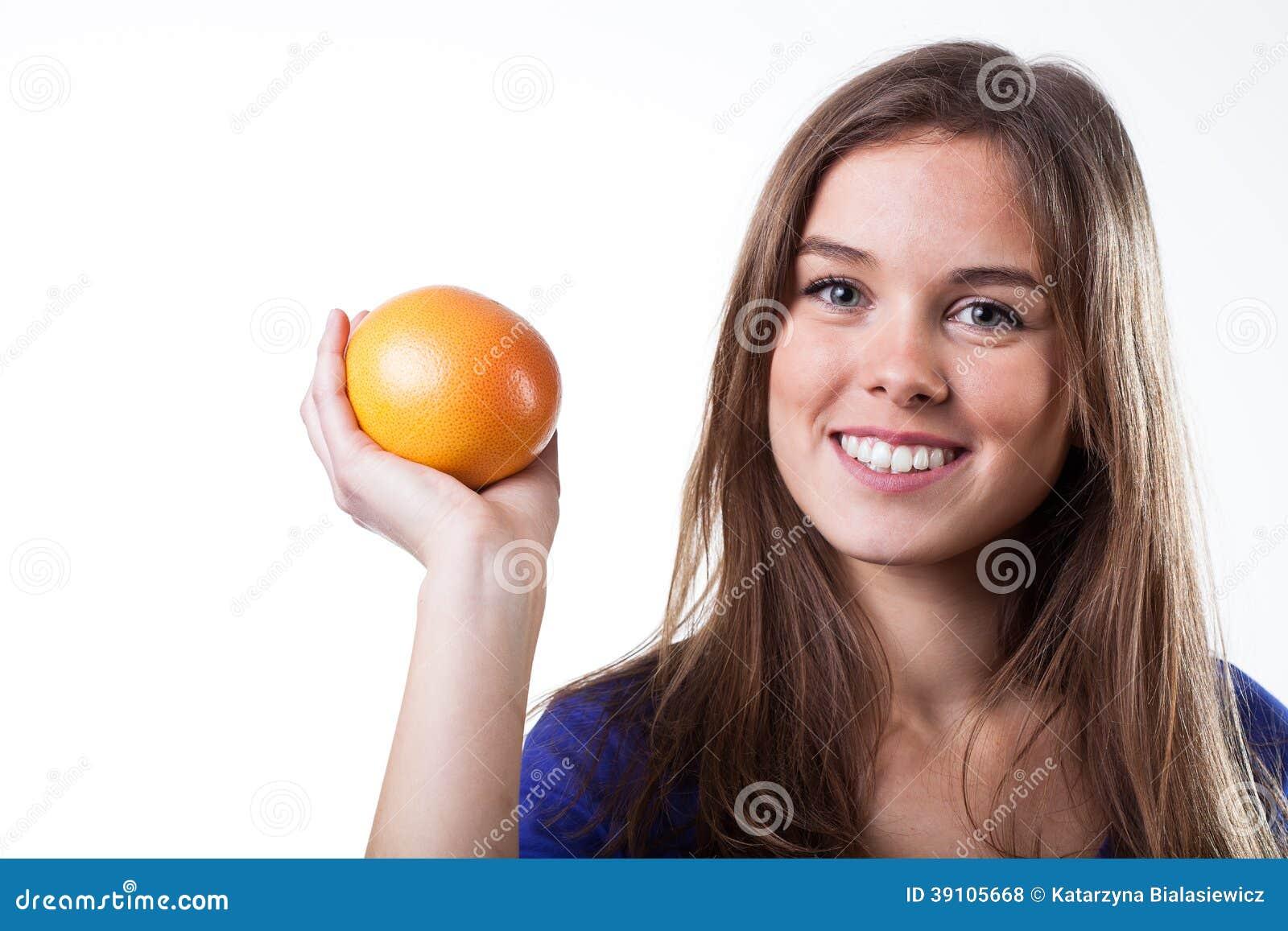De grapefruit van de meisjesholding