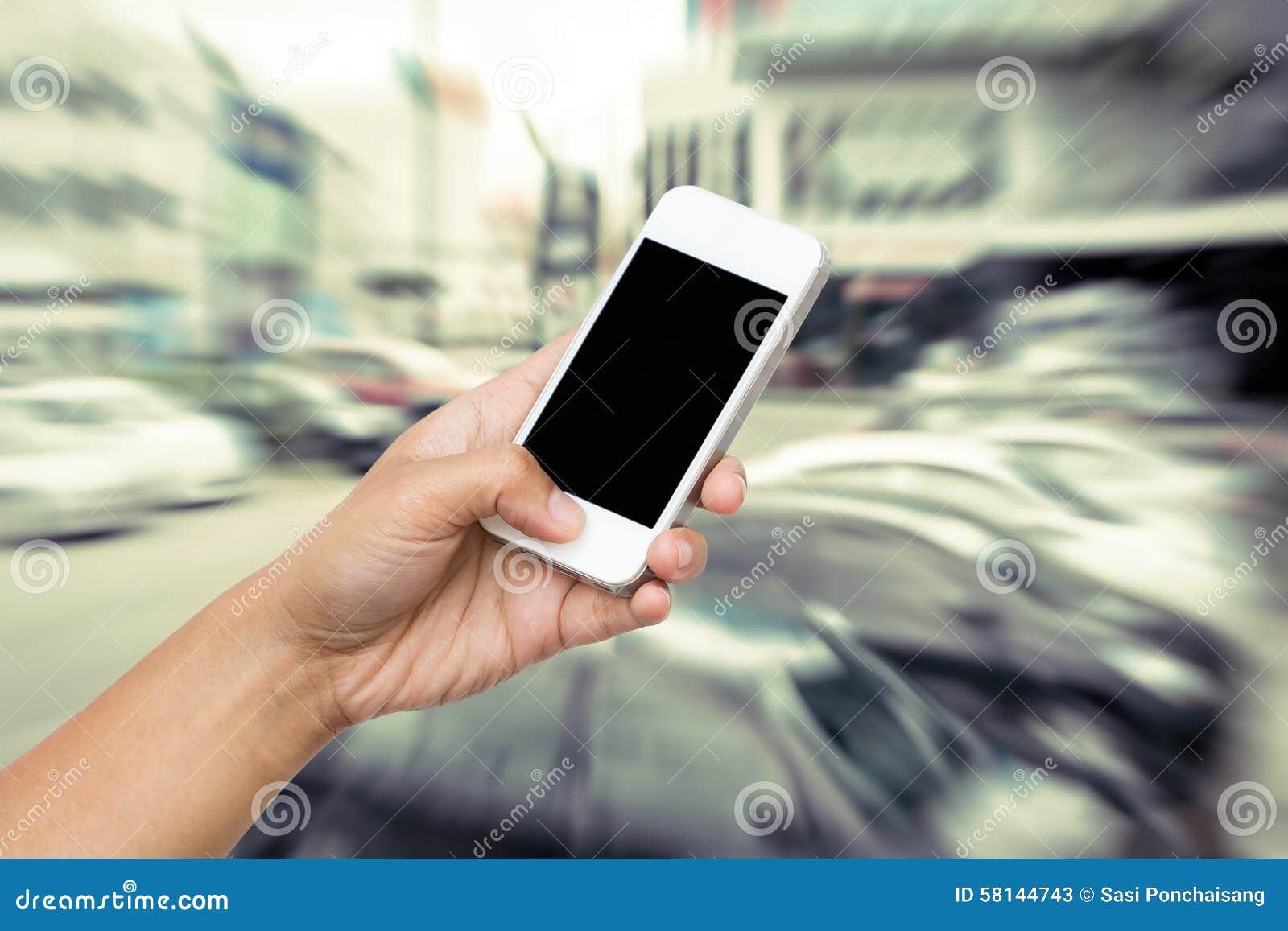 De greep slimme telefoon van de vrouwenhand, tablet, cellphone op onduidelijk beeldmotie