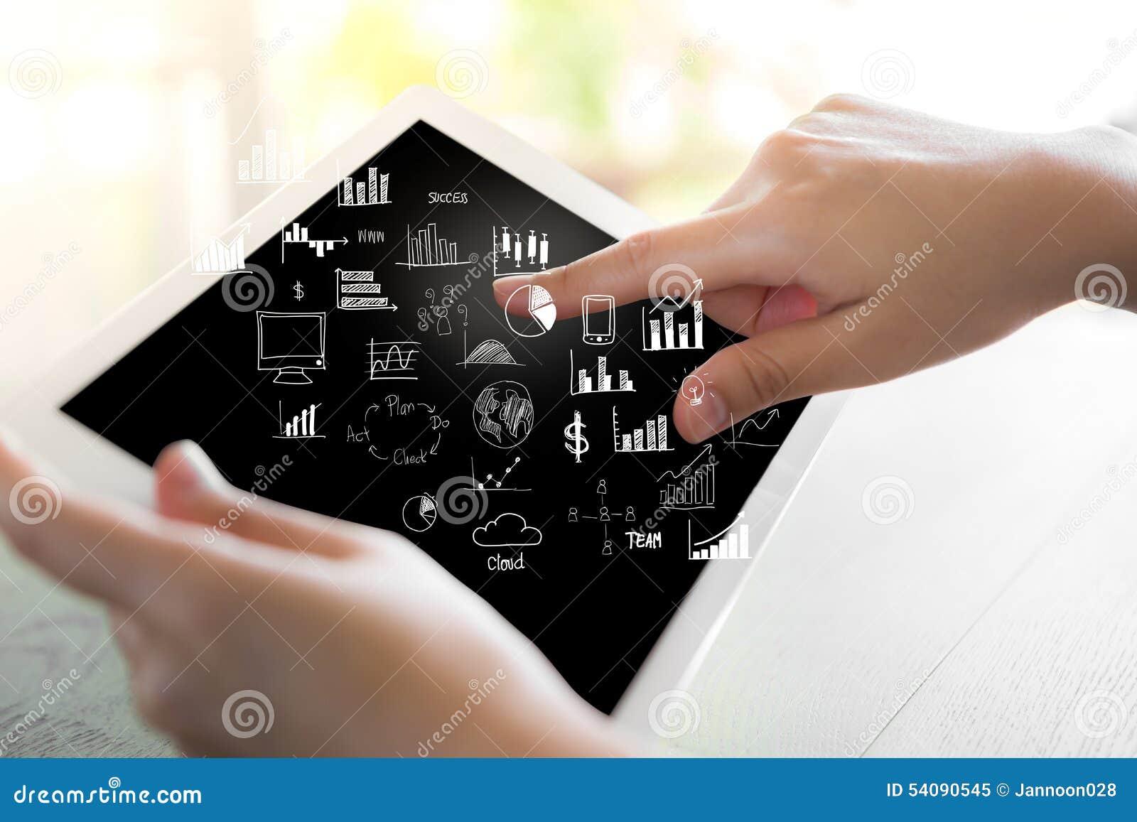 De greep witte tablet van de vrouwenhand met grafiek